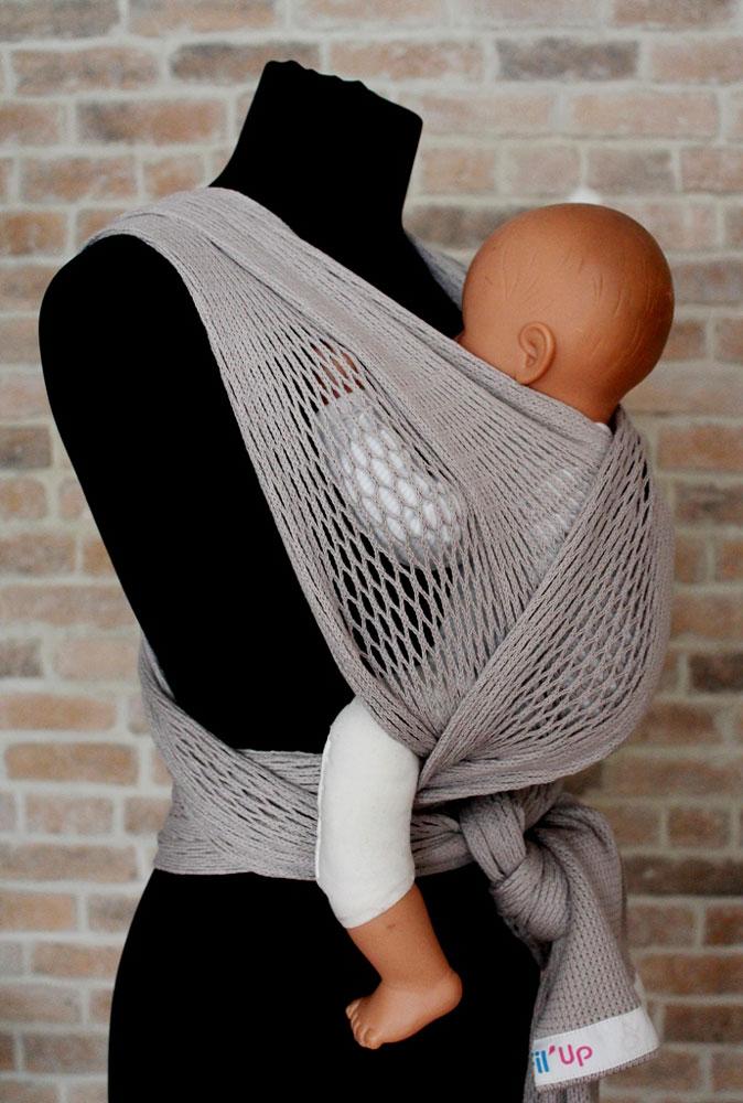 Filt Слинг-шарф FilUp цвет серый Размер L-XL750122Слинг-шарф Filt FilUp подходит для детей с рождения и до 15 кг. Легко устанавливается с помощью центральной метки. Слинг-шарф разработан совместно с врачами ортопедами. Сбалансированное распределение нагрузки для мамы, правильное положение для ребенка. Положение лягушкой способствует правильному формированию тазобедренных суставов ребенка. Ребенок плотно прижат к вам, его голова и спина находятся под вашей защитой, он чувствует вас, ваше тепло, стук вашего сердца. Вы свободны для передвижений, ваши руки свободны, при этом вы непрерывно общаетесь с ребенком. Слинг изготовлен из 100% хлопка, окрашен безопасными нетоксичными красителями. Машинная стирка при 30 градусах. Оригинальное плетение обеспечивает эластичность и мягкость выше, чем у обычной ткани и идеальную вентиляцию. В подарок прилагается оригинальная винтажная сумка-сетка.