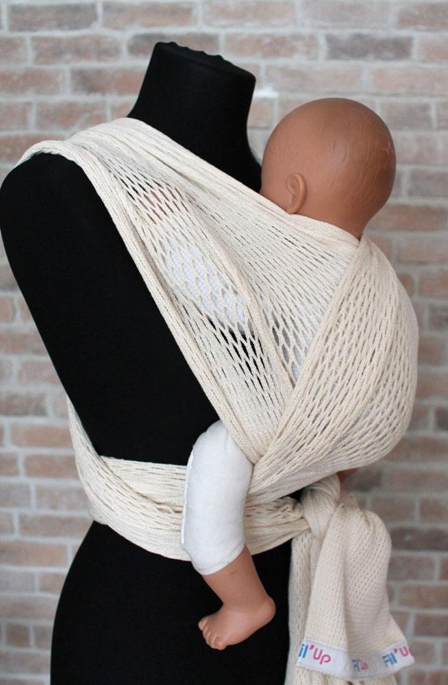Filt Слинг-шарф FilUp цвет кремовый Размер L-XL750092Слинг-шарф Filt FilUp подходит для детей с рождения и весом до 15 кг. Легко устанавливается с помощью центральной метки. Слинг-шарф разработан совместно с врачами ортопедами. Сбалансированное распределение нагрузки для мамы, правильное положение для ребенка. Положение лягушкой способствует правильному формированию тазобедренных суставов ребенка. Ребенок плотно прижат к вам, его голова и спина находятся под вашей защитой, он чувствует вас, ваше тепло, стук вашего сердца. Вы свободны для передвижений, ваши руки свободны, при этом вы непрерывно общаетесь с ребенком. Слинг изготовлен из 100% хлопка, окрашен безопасными нетоксичными красителями. Машинная стирка при 30 градусах. Оригинальное плетение обеспечивает эластичность и мягкость выше, чем у обычной ткани и идеальную вентиляцию. В подарок оригинальная винтажная сумка-сетка.
