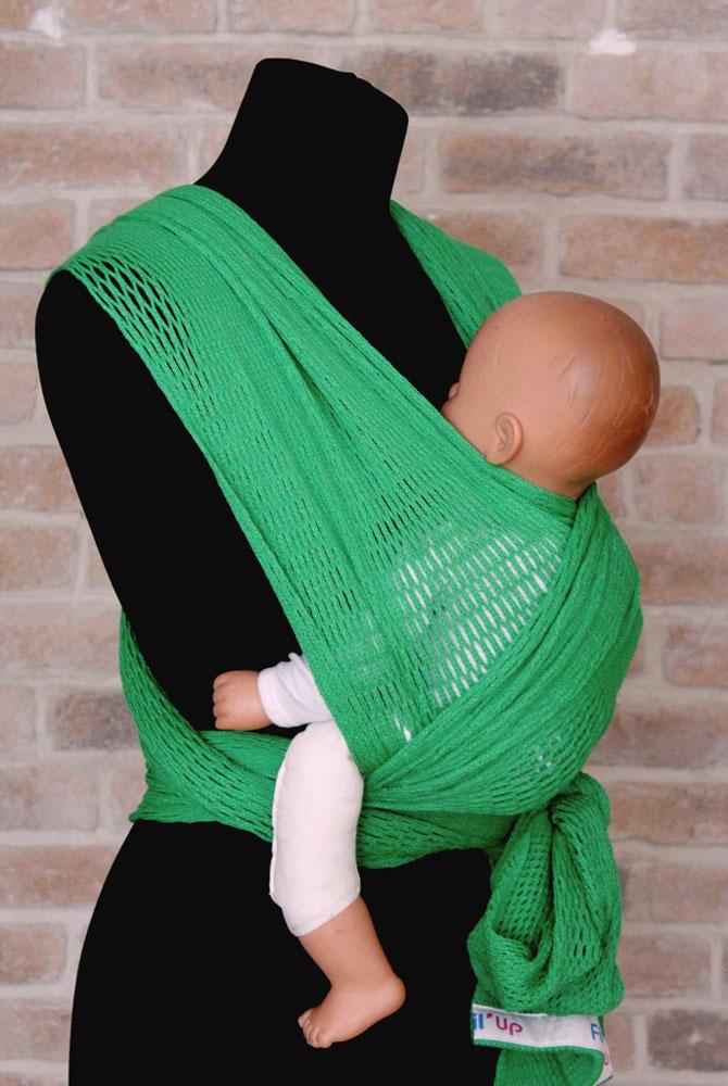 Filt Слинг-шарф FilUp цвет зеленый Размер L-XL750052Слинг-шарф Filt FilUp подходит для детей с рождения и до 15 кг. Легко устанавливается с помощью центральной метки. Слинг-шарф разработан совместно с врачами ортопедами. Сбалансированное распределение нагрузки для мамы, правильное положение для ребенка. Положение лягушкой способствует правильному формированию тазобедренных суставов ребенка. Ребенок плотно прижат к вам, его голова и спина находятся под вашей защитой, он чувствует вас, ваше тепло, стук вашего сердца. Вы свободны для передвижений, ваши руки свободны, при этом вы непрерывно общаетесь с ребенком. Слинг изготовлен из 100% хлопка, окрашен безопасными нетоксичными красителями. Машинная стирка при 30 градусах. Оригинальное плетение обеспечивает эластичность и мягкость выше, чем у обычной ткани и идеальную вентиляцию. В подарок прилагается оригинальная винтажная сумка-сетка.