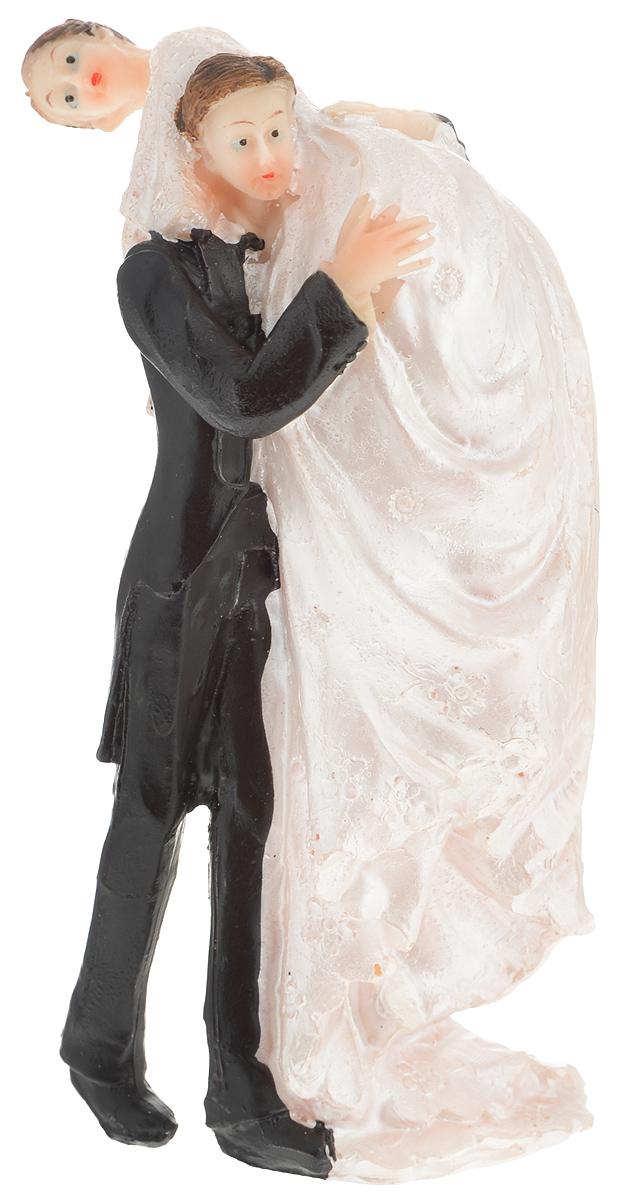 Свадебная фигурка на торт Принт Торг Жених и невеста на плечах, высота 13 см94.014FФигурка Принт Торг Жених и невеста в карете прекрасно подойдет для оформления свадебного торта. Украшение выполнено в виде молодоженов в карете, которая запряжена конем. Такая фигурка подчеркнет индивидуальность вашей пары и станет приятным воспоминанием о торжестве.