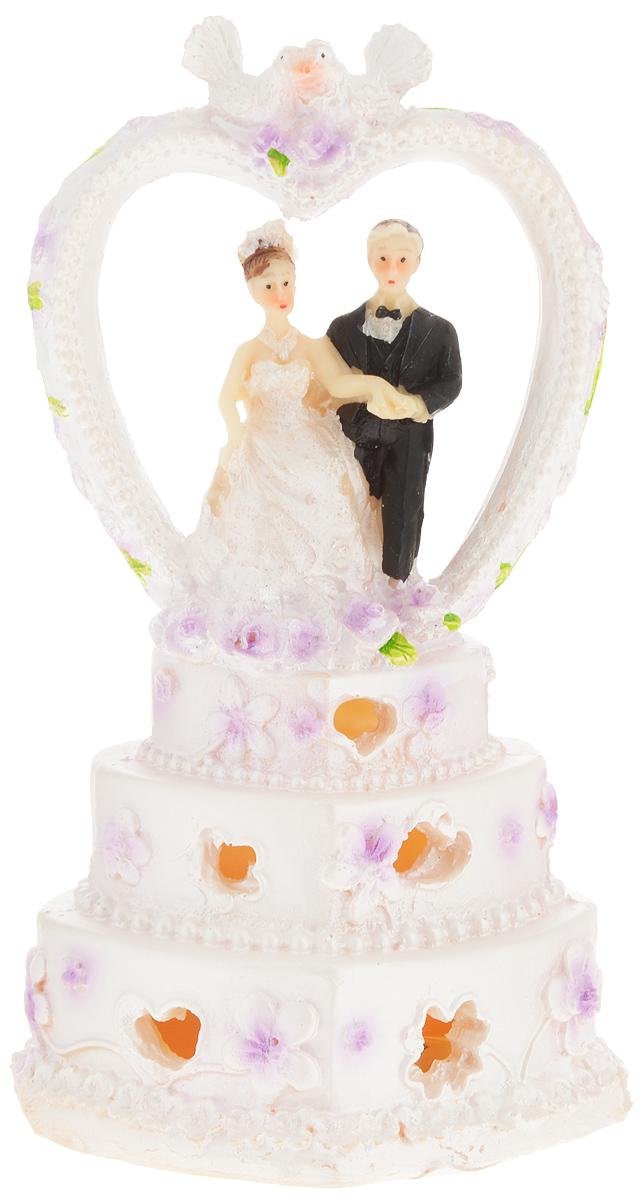 Свадебная фигурка на торт Принт Торг Жених и невеста в сердце, высота 16 см94.007FФигурка Принт Торг Жених и невеста в сердце прекрасно подойдет для оформления свадебного торта. Украшение выполнено в виде молодоженов, стоящих рядом на торте. Изделие оснащено подсветкой. Такая фигурка подчеркнет индивидуальность вашей пары и станет приятным воспоминанием о торжестве.