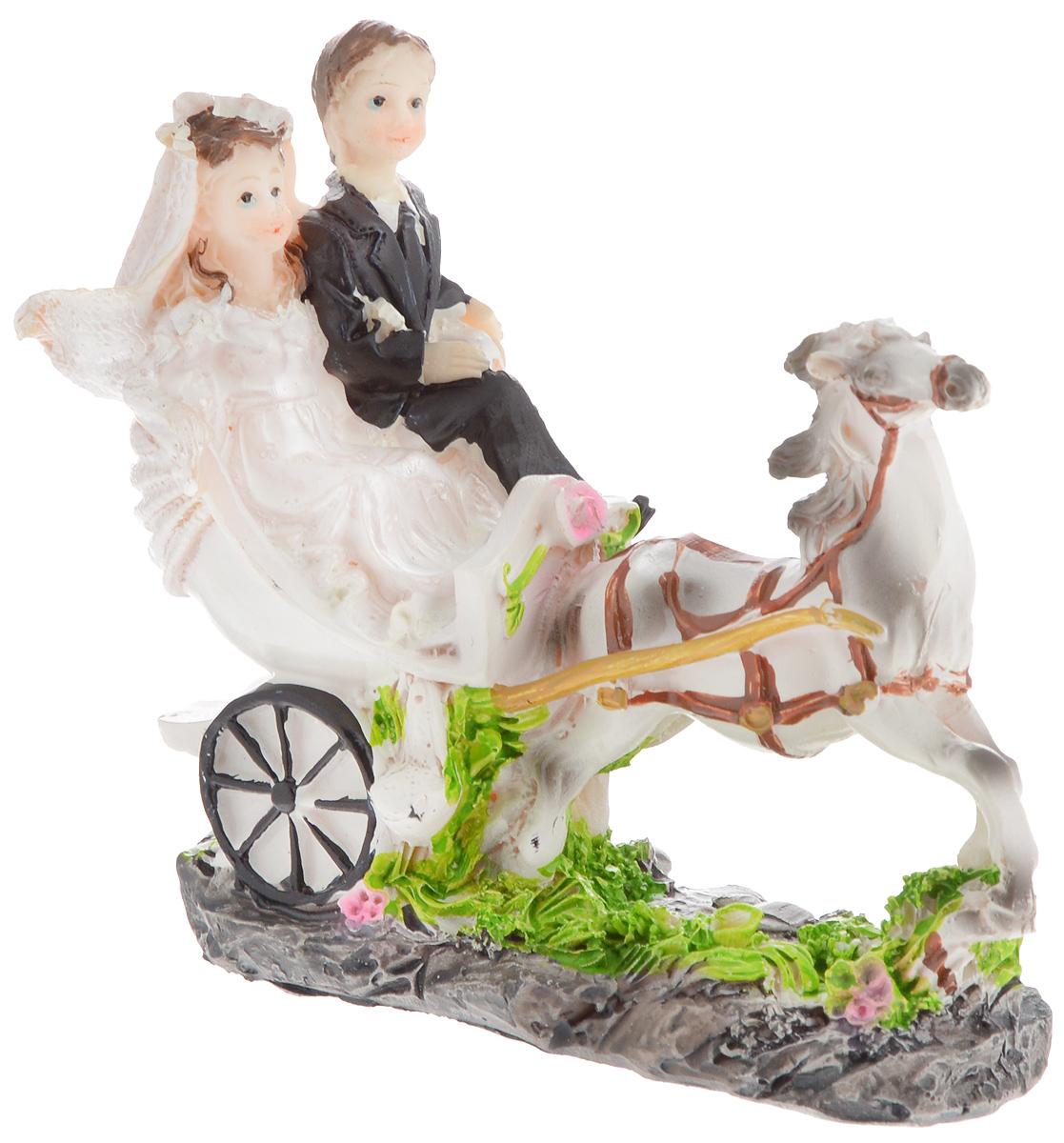 Свадебная фигурка на торт Принт Торг Жених и невеста в карете, высота 11,5 см94.012FФигурка Принт Торг Жених и невеста в карете прекрасно подойдет для оформления свадебного торта. Украшение выполнено в виде молодоженов в карете, которая запряжена конем. Такая фигурка подчеркнет индивидуальность вашей пары и станет приятным воспоминанием о торжестве.