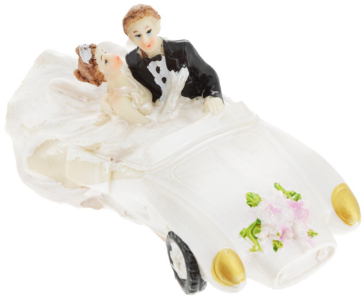 Свадебная фигурка на торт Принт Торг Жених и невеста на машине, высота 6,5 см94.009FФигурка Принт Торг Жених и невеста на машине прекрасно подойдет для оформления свадебного торта. Украшение выполнено в виде молодоженов на машине. Такая фигурка подчеркнет индивидуальность вашей пары и станет приятным воспоминанием о торжестве.