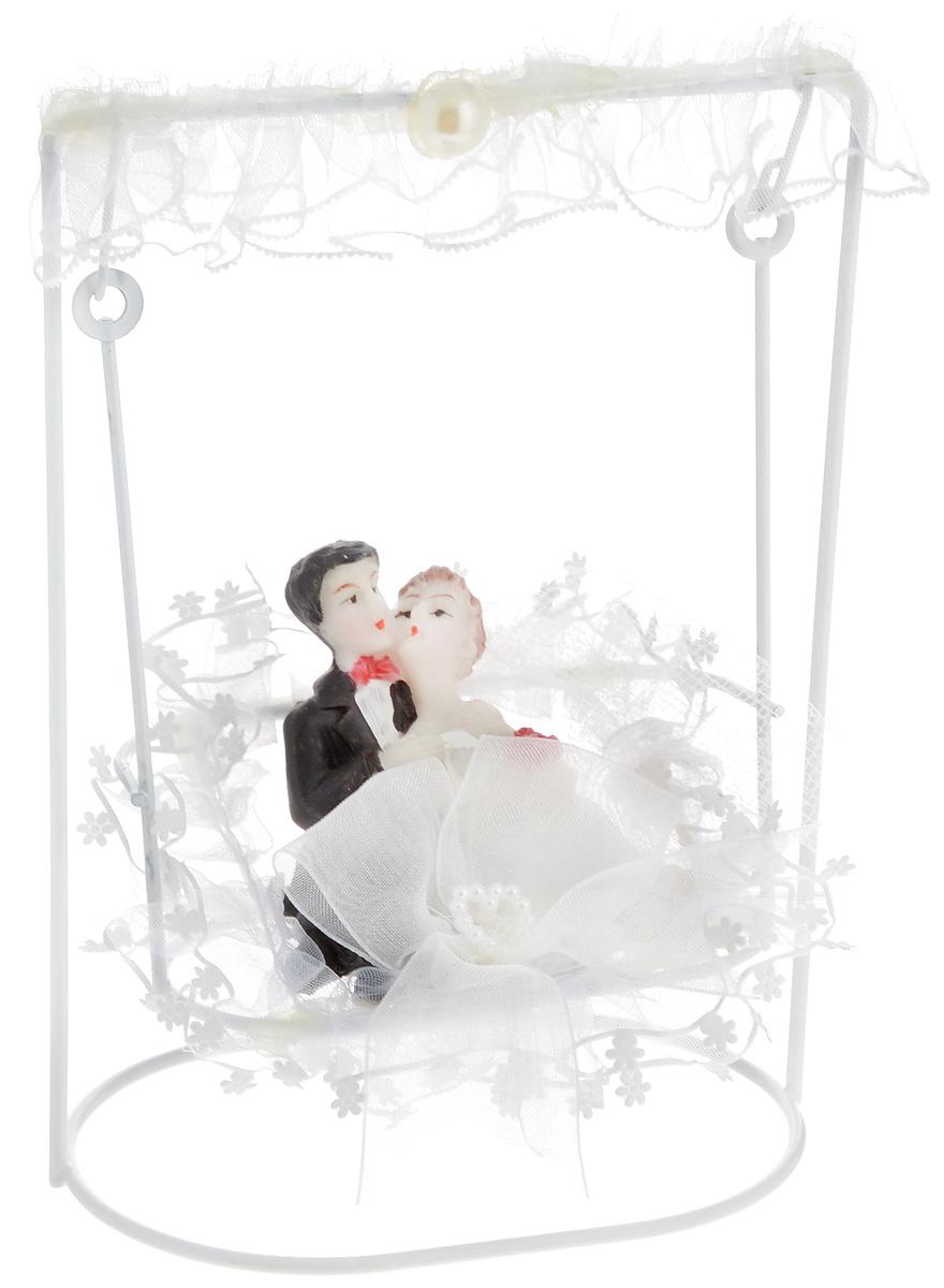 Свадебная фигурка на торт Принт Торг Жених и невеста на качелях, высота 14,5 см94.002FФигурка Принт Торг Жених и невеста на качелях прекрасно подойдет для оформления свадебного торта. Украшение выполнено в виде молодоженов, качающихся на качелях. Такая фигурка подчеркнет индивидуальность вашей пары и станет приятным воспоминанием о торжестве.