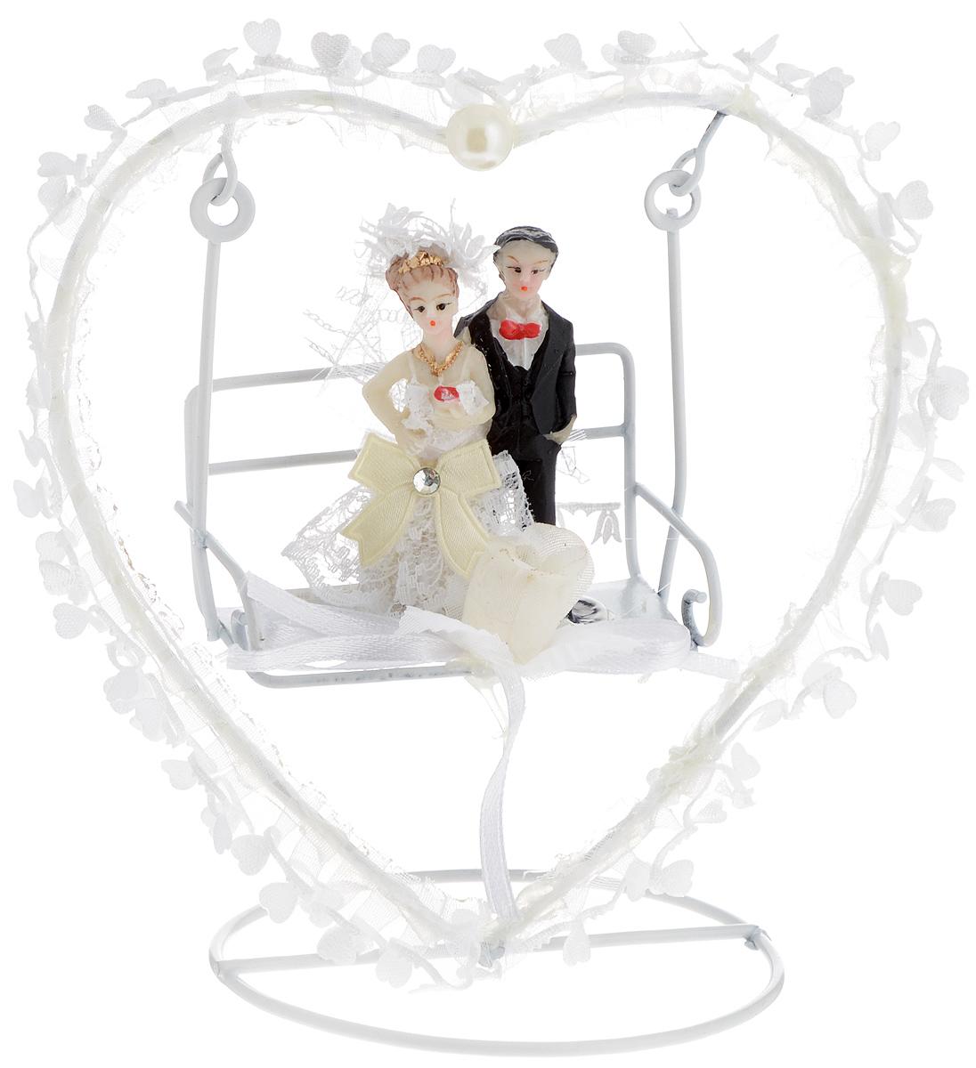 Свадебная фигурка на торт Принт Торг Жених и невеста на качелях в виде сердца, высота 13 см94.001FФигурка Принт Торг Жених и невеста на качелях в виде сердца прекрасно подойдет для оформления свадебного торта. Украшение выполнено в виде молодоженов на качелях. Такая фигурка подчеркнет индивидуальность вашей пары и станет приятным воспоминанием о торжестве.