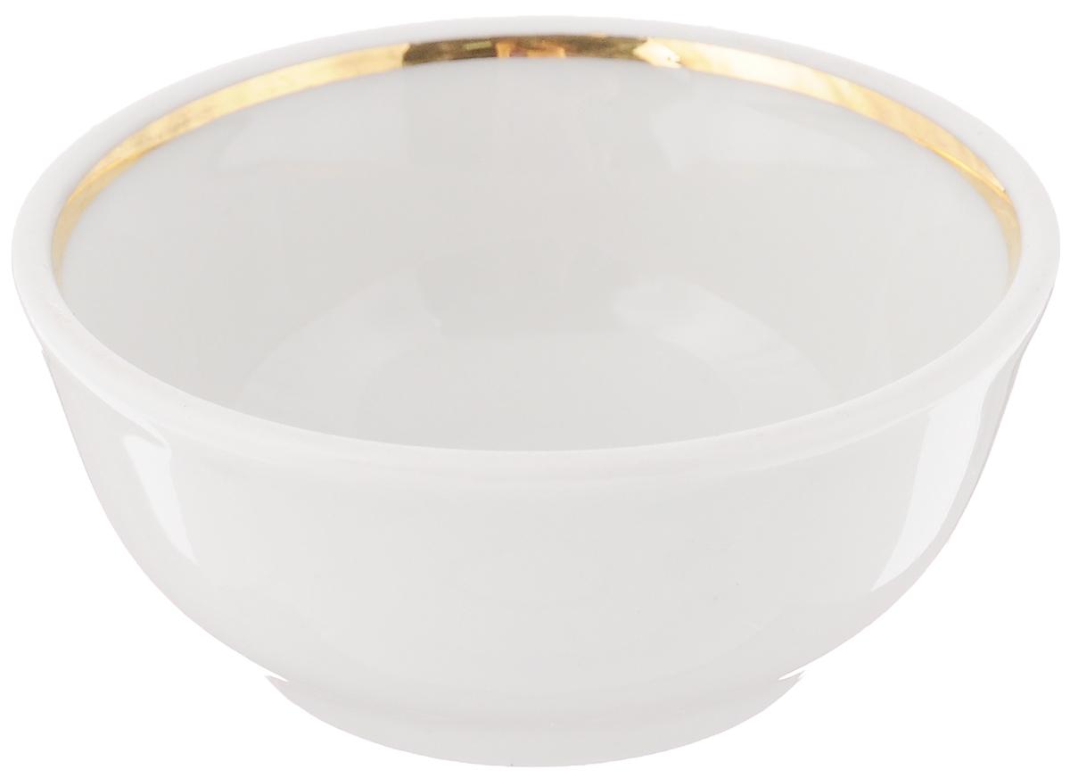Солонка Романс, диаметр 7 см. 6С05756С0575_белыйСолонка Романс выполнена из фарфора, покрытого слоем глазури, и украшена золотистой эмалью по внутреннему краю. Изделие отлично подходит для хранения соли и других специй. Лаконичный дизайн и удобная форма делают изделие практичным и функциональным. Солонка идеальна для сервировки кухонного стола. Диаметр: 7 см. Высота стенки: 3 см.