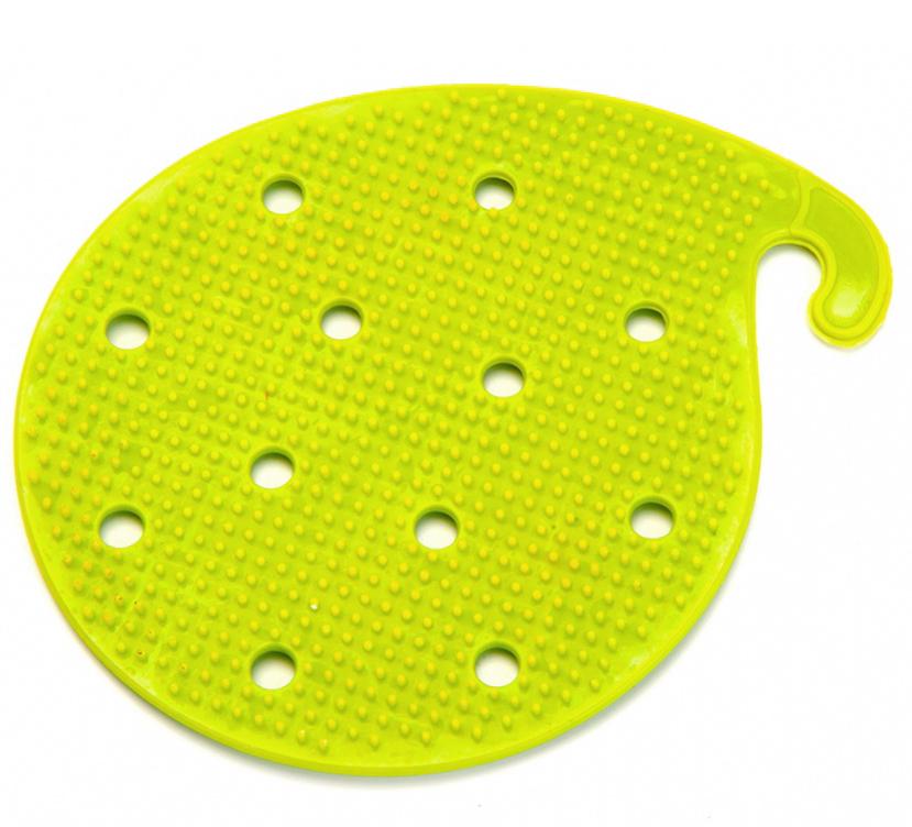 Губка для чистки овощей и фруктов Bradex многофункциональная, цвет: зеленыйTK 0207Многофункциональная губка легко снимает кожуру со свежих или вареных овощей и фруктов, экономя время и упрощая процесс очистки по сравнению с использованием обыкновенного ножа. Подходит для продуктов любого размера. Выполнена из гибкого пвх-материала с нанесением сетки из зубцов. Может использоваться в качестве прихватки для горячей посуды. Облегчает отвинчивание банок с консервацией. Имеет крючок для хранения на вешалке.
