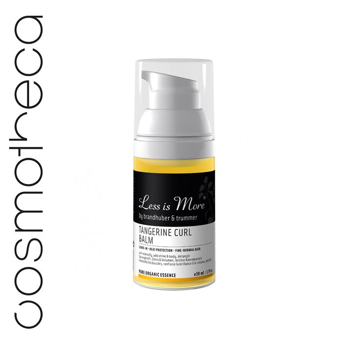 Less is More Бальзам для вьющихся волос Мандарин несмываемый 30 мл (дорожный размер)LIMTRAVLI20Легкий бальзам Less is More Мандарин, который не нужно смывать, идеально подходит для вьющихся волос, придает упругость, блеск и объем. Делает расчесывание легким, мягко укладывает непослушные локоны. Защищает от теплового воздействия при укладке и сечения кончиков. Основные ингредиенты: Экстракт мелиссы считается целебным растением и используется в медицине уже более 2000 лет. Мелисса является антиоксидантом, имеет антибактериальный, успокаивающий и укрепляющий сопротивление организма эффект, защищает и ухаживает за кожей головы. Гуаровая смола – полисахарид, добываемый из семян гуаровых бобов, создает защитную пленку на волосах, придает локонам упругость и мягко фиксирует. Алоэ вера – чистый свежий сок, увлажняющее средство для волос и кожи головы, способствует обновлению клеток кожи, охлаждает и смягчает.