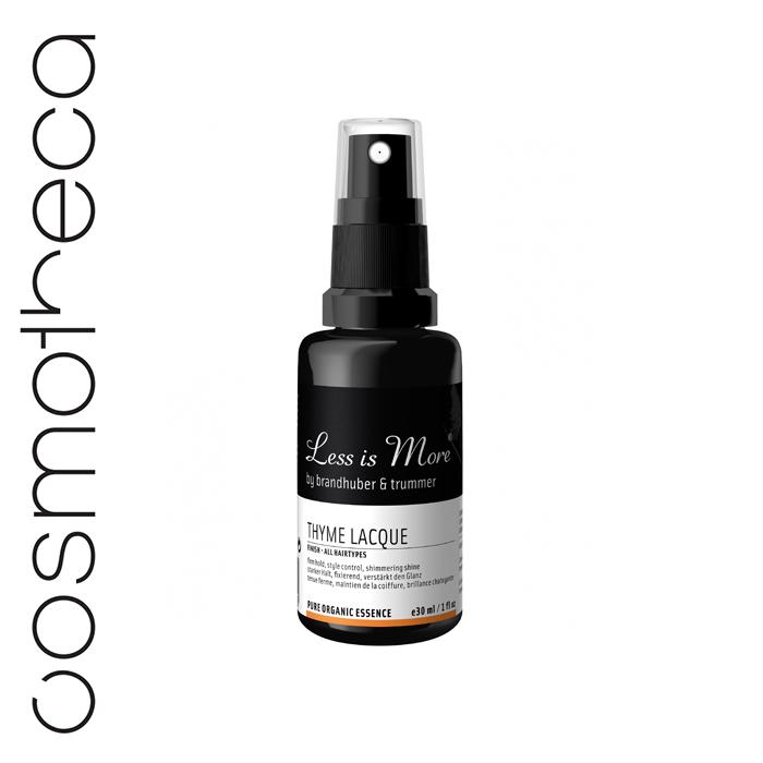 Less is More Лосьон-спрей для волос Тимьян для завершения и фиксации укладки 30 млLIMTRAVSTY31Лосьон-спрей тимьян создает сильную фиксацию и придает блеск волосам. Основные ингредиенты: Шеллак – натуральное вещество, образующее пленку, придает волосам сильную фиксацию и красивый блеск. Маскобадо – высушенный нерафинированный сок сахарного тростника с Филиппин. Содержит ценные минералы, включая кальции?, магнии?, цинк, железо, фосфор и придает волосам форму, обеспечивая сильную фиксацию. Приобретен на условиях справедливой торговли. Лесной мед интенсивно питает волосы. Эфирное масло тимьяна испанского, сицилийского бергамота и розовой герани укрепляют нервную систему, снимают стресс.