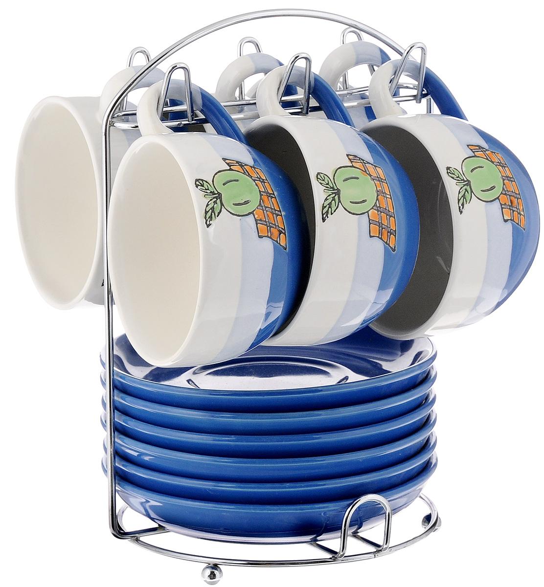 Набор чайный Calve. Яблоко, на подставке, 13 предметовCL-2022_синий, белый, голубойНабор Calve. Яблоко состоит из шести чашек и шести блюдец, изготовленных из высококачественного фарфора. Чашки оформлены красочным рисунком. Изделия расположены на металлической подставке. Такой набор подходит для подачи чая или кофе. Изящный дизайн придется по вкусу и ценителям классики, и тем, кто предпочитает утонченность и изысканность. Он настроит на позитивный лад и подарит хорошее настроение с самого утра. Чайный набор Calve. Яблоко - идеальный и необходимый подарок для вашего дома и для ваших друзей в праздники. Можно мыть в посудомоечной машине. Объем чашки: 220 мл. Диаметр чашки (по верхнему краю): 9,5 см. Высота чашки: 6,3 см. Диаметр блюдца: 14,5 см. Высота блюдца: 2,3 см. Размер подставки: 16,5 х 16 х 22,5 см.