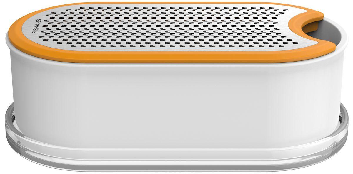 Терка Fiskars Functional Form, с контейнером. 10195301019530Терка Fiskars Functional Form идеально подходит для измельчения сыра и овощей. Двусторонняя терка обеспечивает мелкое измельчение с одной стороны лезвия и более крупное с другой, нет необходимости замены лезвия, что определяет ее функциональные и эргономические качества. Лезвие выполнено из высококачественной стали. Контейнер изготовлен из твердого пластикового материала, служит как емкостью в процессе измельчения, так и емкостью для хранения. Удобен при захвате, не скользит в руке. Крышка плотно прилегает при закрытии, ограничивает проникновение воздуха в емкость.