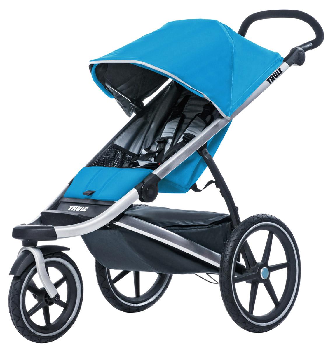 Thule Коляска прогулочная Urban Glide1 цвет голубой10101905Thule Urban Glide — детская коляска для различных видов спорта, характеризуется обтекаемой и легкой конструкцией, поэтому она идеально подходит для поездок в городе или бега трусцой по любимым дорожкам. Компактно складывается одной рукой для простоты хранения и транспортировки Поворачивающееся переднее колесо, повышающее маневренность, можно убрать в специальное отделение при беге трусцой Эргономичная ручка с регулируемой высотой для удобства родителей Задняя подвеска для мягкой и ровной езды Мягкое сидение с вентилируемым верхним слоем откидывается практически в горизонтальное положение, чтобы ребенок мог спать во время езды Навес с несколькими вариантами положений для дополнительной защиты и окошком, чтобы вы могли видеть своего ребенка Большое отделение с водонепроницаемой крышкой, закрывающейся на молнию