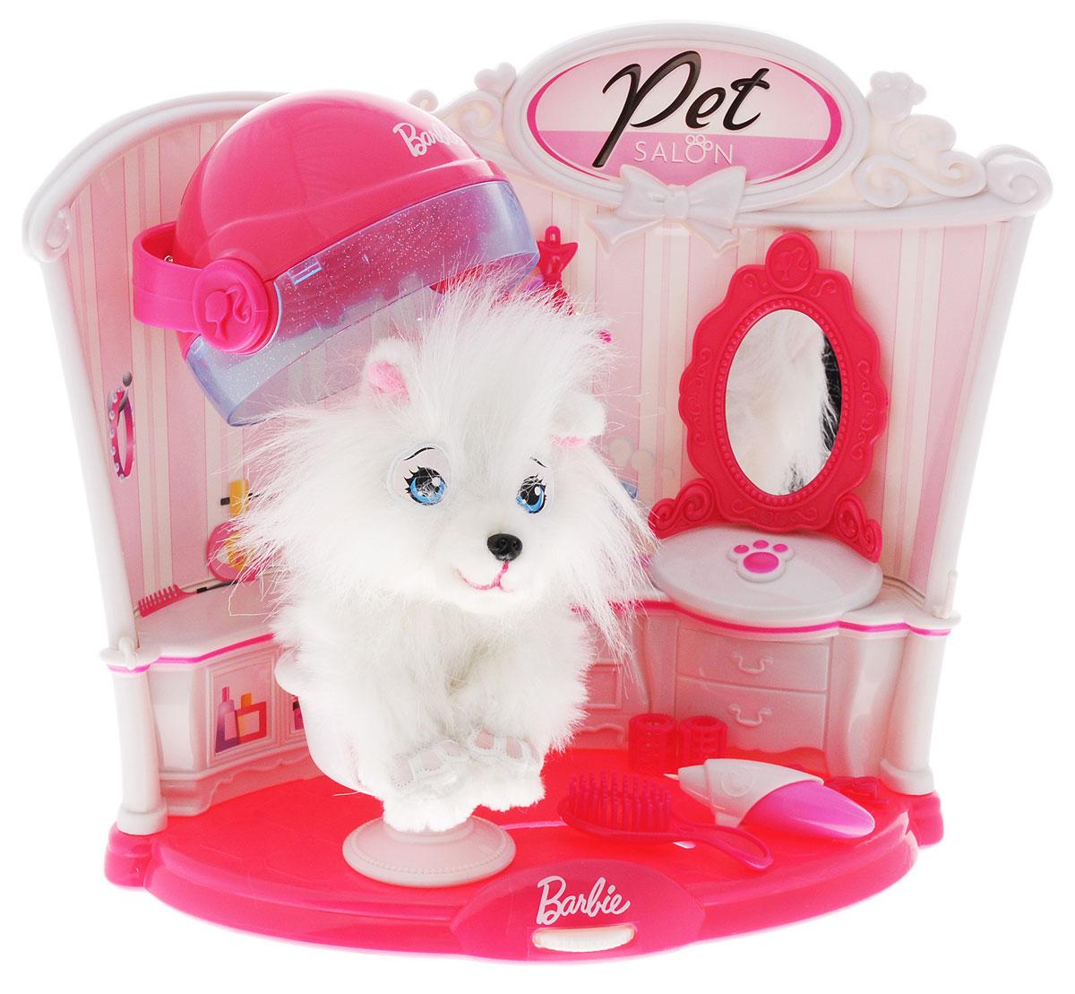 Barbie Игровой набор Салон для питомцаBBPS1Игровой набор Barbie Салон для питомца представляет собой уникальный красочный игровой вариант салона красоты для белоснежного домашнего питомца. Аксессуарами из набора можно причесать длинную шерсть собачки, завить ее миниатюрными бигуди, сделать химию и покрасоваться полученным результатом перед зеркальцем. В состав набора вошли - изящная собачка, восседающая на салонном кресле как на троне, уютная комната салона красоты с множеством профессиональных средств для укладки шерсти - массажная щетка, флакончик для жидкости, бигуди, заколки, резинки, а также шкафчики, зеркало, сушилка. Все выполнено в розово-белом цвете. Девочки, получив такой набор в подарок, научатся ухаживать и бережно относиться к домашним питомцам, смогут проявить свою фантазию и креатив в создании салонных образов и причесок. Необходимо купить батарейку напряжением 1,5V типа АА (не входит в комплект).