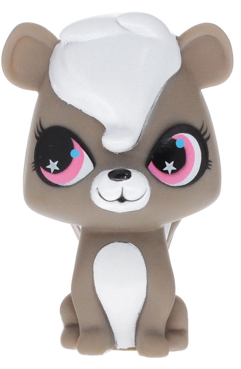 Littlest Pet Shop Игрушка для ванной Скунс ПепперGT8143Перед вами милый скунс Пеппер, герой всем любимого Маленького Зоомагазина Littlest Pet Shop. Этот очаровательный зверек непременно придется по душе вашему ребенку. Игрушка небольшого размера, ее удобно держать в руке. Благодаря прочному материалу пластизолю, ее можно брать с собой на улицу, играть с ней дома, а также в ванне. Пеппер отлично плавает, поэтому с ним будет весело проводить водные процедуры. Играя с фигуркой, малыш развивает мелкую моторику, усидчивость, воображение и фантазию. Качественные и экологичные материалы, из которых выполнена игрушка, не вызывают у ребенка раздражение и аллергию. Скунс Пеппер обязательно понравится вашему ребенку. Светится на суше и в воде благодаря индикатору в нижней части. Работает игрушка от незаменяемых батареек.