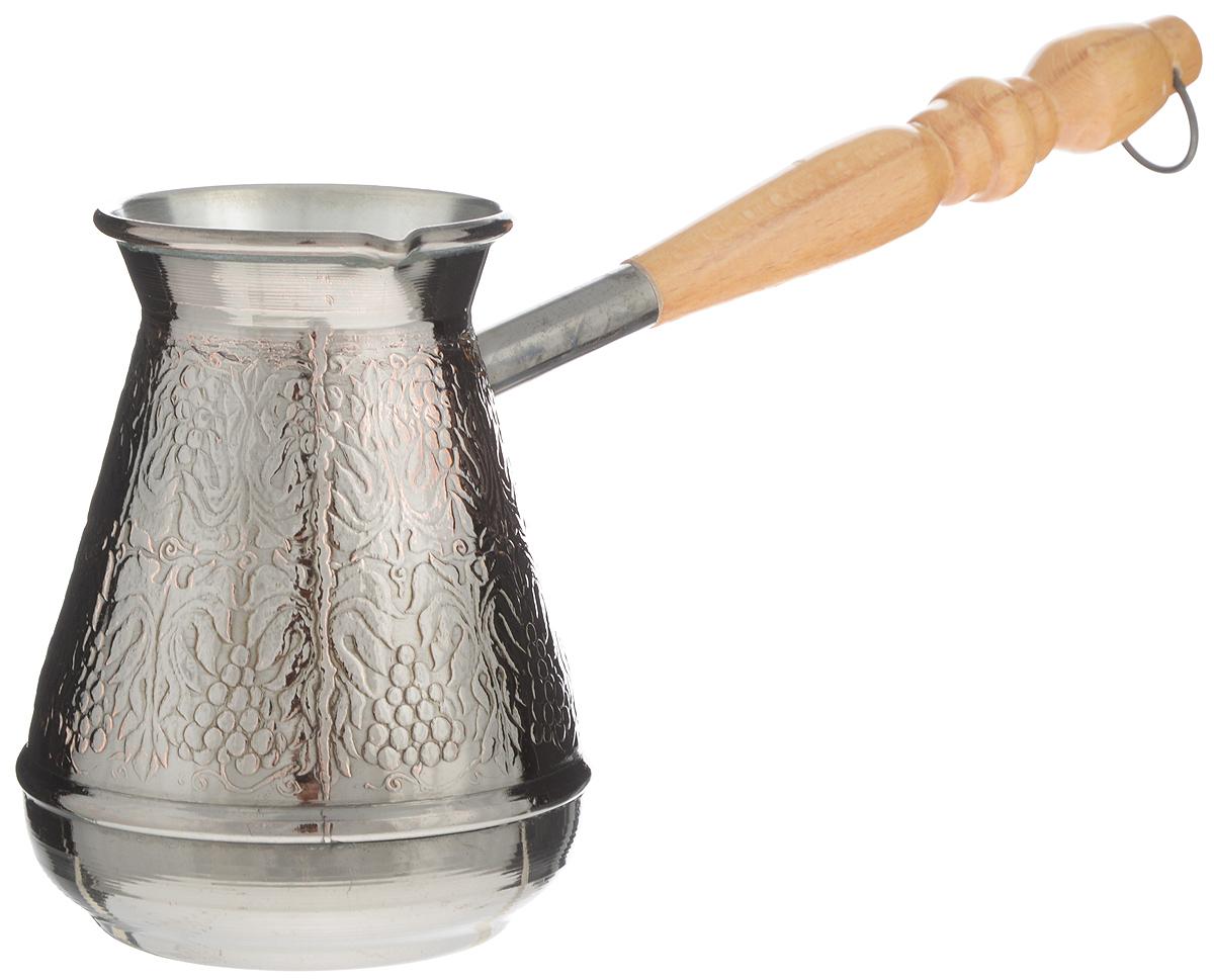 Турка Станица Медная, 500 млКО-2605ПТурка Станица Медная прекрасно подходит для приготовления настоящего кофе на плите. Она изготовлена из меди. Внешняя поверхность имеет декоративное тиснение, что придает изделию оригинальный внешний вид. Изделие оснащено небольшим носиком и удобной деревянной ручкой с петелькой для подвешивания. Надежное крепление ручки гарантирует безопасное использование. Такая турка будет красивым дополнением в вашем уютном доме. Подходит для газовых и электрических плит. Не подходит для индукционных. Диаметр (по верхнему краю): 6,5 см. Высота стенки: 11,5 см. Длина ручки: 17,5 см.