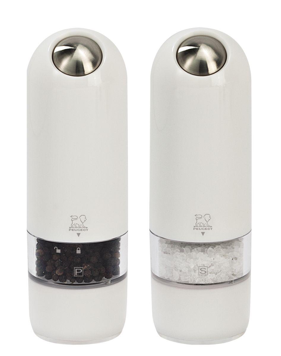 Набор электрических мельниц для соли и перца Peugeot Alaska Duo, цвет: белый, высота 17 см, 2 шт2/27667Мельницы для соли и перца Peugeot Alaska обладают одновременно современным и винтажным дизайном. Они выделяются внешним обликом из ряда электрических мельниц гармоничным сочетанием пластмассы и металла. Эргономичная форма будет радовать поваров, которые могут пользоваться мельницей, держа ее в одной руке во время приготовления пищи. Свет в основании мельницы помогает увидеть, сколько соли или перца вы добавляете. Прозрачные стенки позволяют контролировать количество специй внутри. Серия Alaska удивительным образом сочетает в себе черты классического кухонного атрибута и элементы футуристического дизайна. Креативный дизайн будущего для вещи из прошлого - идеальный способ создать утонченную интригу в интерьере вашей кухни.
