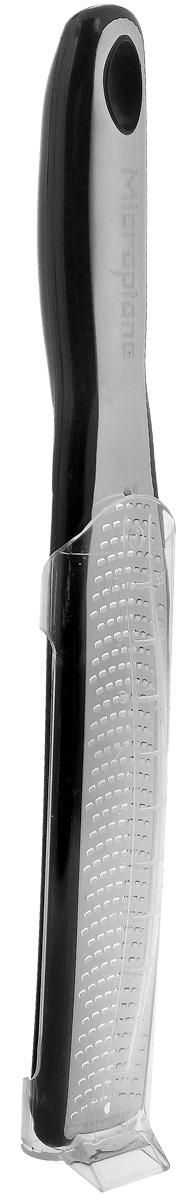 Терка для цедры и сыра Microplane, цвет: черный, стальной, 31,5 см49020Терка Microplane, изготовленная из нержавеющей стали высокой твердости, оснащена мелкими лезвиями и предназначена специально для натирания твердых сортов сыра типа пармезан, а также для цитрусовой цедры. Изделие оснащено эргономичной ручкой с нескользящим покрытием. В комплекте мерный контейнер. Такой уникальный предмет станет незаменимым помощником на вашей кухне и понравится любой хозяйке. В комплекте Длина терки: 31,5 см. Размер рабочей поверхности: 18 х 3,5 см. Microplane - это легендарные американские терки. Продукцией Microplane пользуются все известные кулинары и повара всего мира, среди них знаменитый шеф-повар Джейми Оливер. Вся продукция Microplane производится на собственном заводе в США. Для изготовления терок Microplane используют самую качественную нержавеющую сталь. Благодаря уникальному химическому составу стали, продукция Microplane не окисляется и сохраняет большее количество витаминов и полезных...