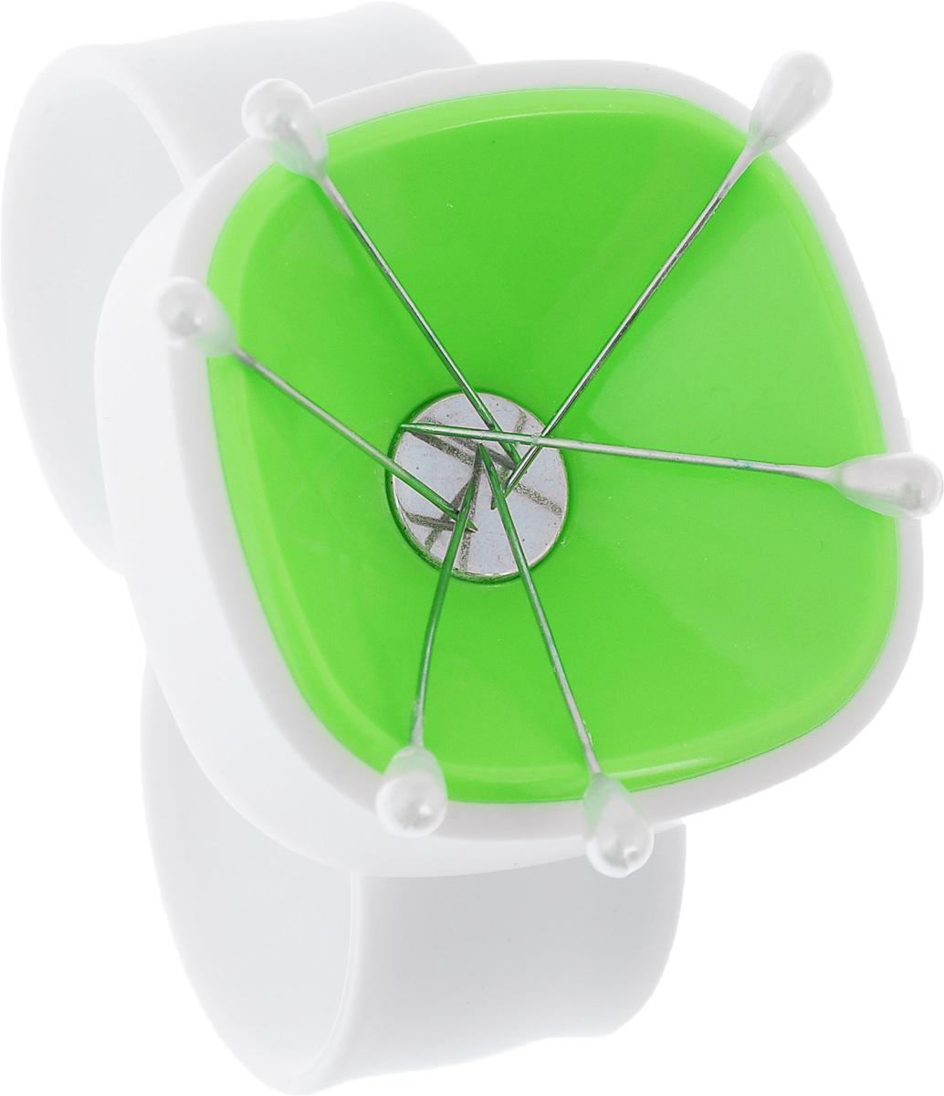 Магнитная игольница на запястье Hemline, цвет: белый, зеленый276.WP_зеленыйМагнитная игольница на запястье Hemline изготовлена из пластика и силикона. Изделие надежно удерживает иглы и булавки благодаря специальному магниту. Игольница имеет легкий вес, проста и интересна в использовании. Надевается на запястье, что очень удобно при работе. Браслет имеет универсальный размер и гибкий ремешок, поэтому легко надевается и снимается. В комплекте предусмотрено 6 портновских булавок. Длина ремешка: 25 см. Ширина ремешка: 2,3 см. Размер игольницы: 5 х 5 х 2 см.