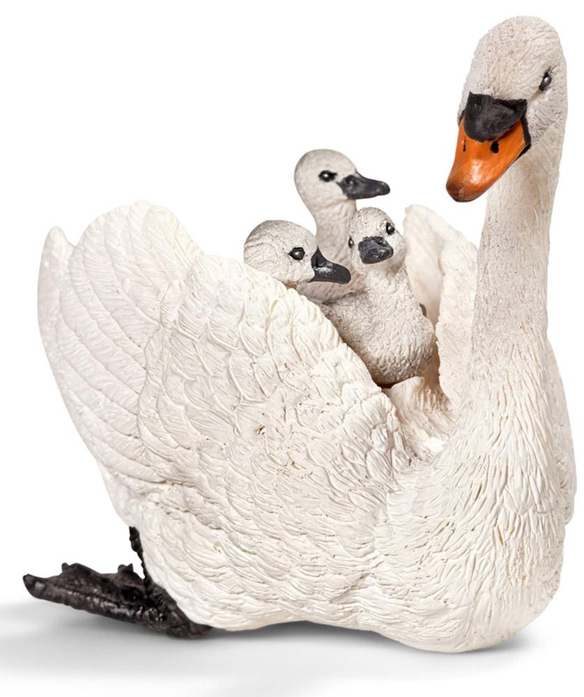 Schleich Фигурка Самка лебедя-шипуна с птенцами13718Белый лебедь - одна из самых крупных птиц, умеющих летать. Лебедь очень любит своих птенцов, поэтому если им угрожает опасность, он сажает своих детенышей себе на спину. Белого лебедя называют лебедь-шипун, считается, что эти птицы не обладают такими вокальными данными как остальные особи семейства лебедей. Фигурка Schleich Самка лебедя-шипуна с птенцами выполнена из каучукового пластика и раскрашена вручную. Фигурка разработана с учетом исследований в области педагогики и производится как настоящее произведение для маленьких детских ручек.