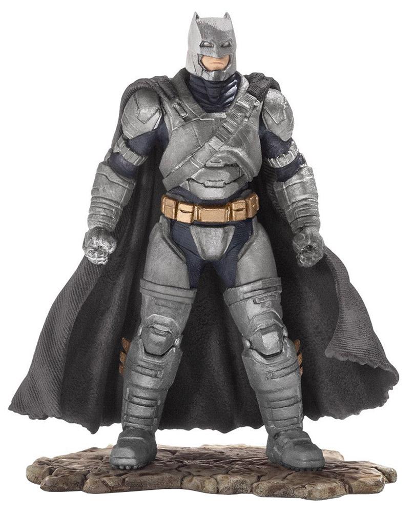 Schleich Фигурка Бэтмен22526Фигурка Schleich Бэтмен приведет в восторг всех любителей знаменитой истории про супергероев. Фигурка находится на подставке, что делает ее очень устойчивой и удобной для игры. Бэтмен вновь готов спасти Готэм Сити! Для этого он облачился в свой облегающий костюм, набросил на плечи плащ и надел на лицо маску для того, чтобы никто не смог узнать его. В своем прекрасном облачении он спешит на помощь жителям города Готэм. Сюжетно-ролевые игры с фигурками развивают фантазию и воображение ребенка.