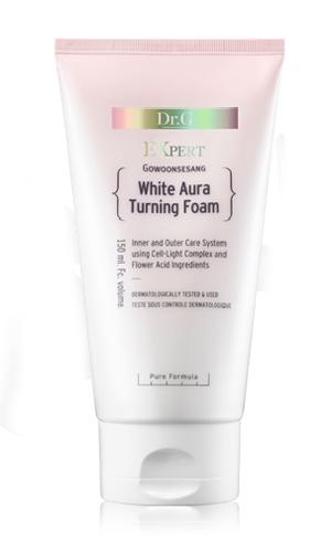 Dr. G Пенка для умывания осветляющая White Aura, 150 млDG132386Средство эффективно отбеливает пигментные пятна и точки различного происхождения, контролирует выработку меланина. Обеспечивает мгновенный эффект осветления и сияния кожи изнутри. Сбалансированный состав ингредиентов питает, смягчает и восстанавливает гидролипидный баланс кожи. Надолго удерживая влагу внутри клеток, крем обеспечивает упругость и гладкость коже лица. Пенка деликатно удаляет стойкий макияж и загрязнения. Средство содержит экстракт коры белой ивы, гиалуроновую кислоту, комплекс экстрактов красных ягод, кокосовое масло и экстракт ананаса, который содержит азотистые вещества, витамин С, органические кислоты, благодаря которым оказывает противовоспалительное и противоотечное действие. Гиалуроновая кислота является главным регулятором воды в межклеточном пространстве, а также стимулирует производство коллагена и эластина. Масло кокоса образует невидимый защитный барьер на поверхности кожи и поддерживает гидролипидный баланс на оптимальном уровне. Для всех типов кожи
