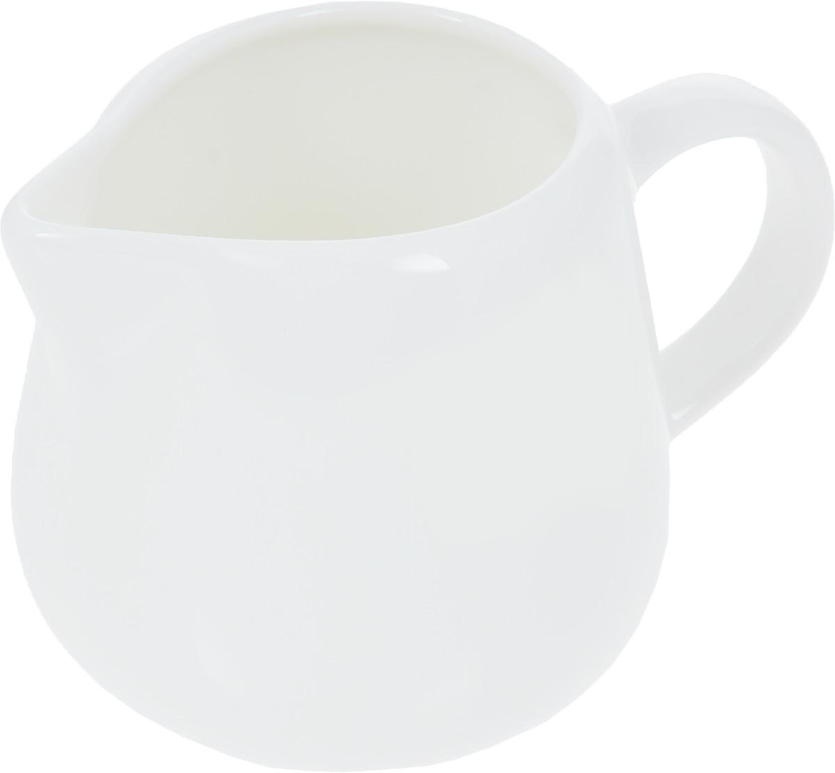 Молочник Wilmax, 200 млWL-995005 / AМолочник Wilmax, изготовленный из высококачественного фарфора, имеет широкое основание, удобную ручку и носик. Предназначен для сливок и молока. Такой молочник станет изысканным украшением стола к чаепитию и подчеркнет ваш безупречный вкус. Изделие также станет хорошим подарком к любому случаю. Можно использовать в СВЧ и мыть в посудомоечной машине. Размер молочника (по верхнему краю): 7 х 5 см. Диаметр основания: 7 см. Высота молочника: 7,5 см.