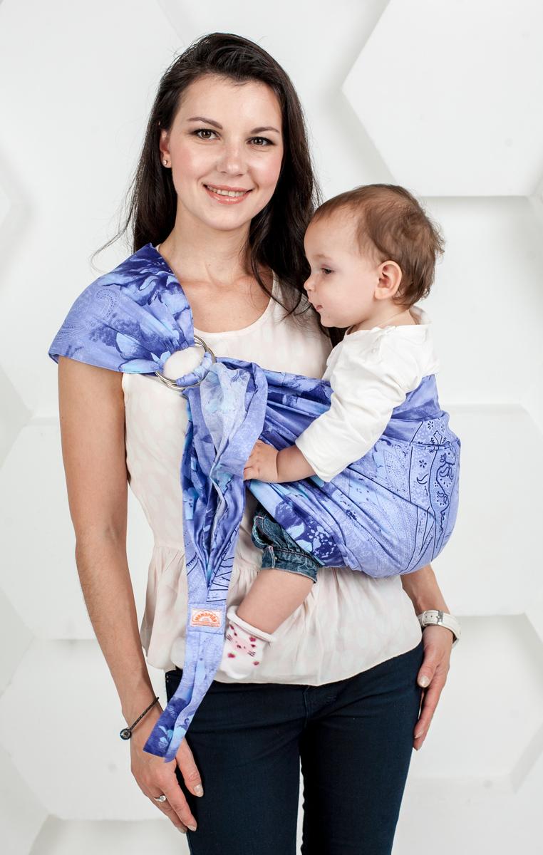 Мамарада Слинг с кольцами Лаванда М507Слинг с кольцами позволяет носить ребенка как горизонтально в положении Колыбелька так и в вертикальном положении. В слинге в положении Колыбелька малыш распологается точно так же, как у мамы на руках, что особенно актуально для новорожденного. Ткань слинга равномерно поддерживает спинку малыша по всей длине. Малышу комфортно и спокойно рядом с мамой. Мама в это время может заняться полезными делами или прогуляться. В положении Колыбелька очень удобно кормить ребенка грудью. В слинге в вертикальном положении ножки ребенка разводятся лягушкой. Это положение снимает нагрузку с копчика — ребенок поддерживается нижним бортиком слинга за подколенки, а верхним прижимается к маминой груди. Положение ребенка в слинге лягушкой – прекрасная профилактика дисплазии. Шикарный сатин немецкого качества. Слинг для дома и улицы. Состав - хлопок 100% (сатин), кольца металл 6 см. Размер М (46-48)