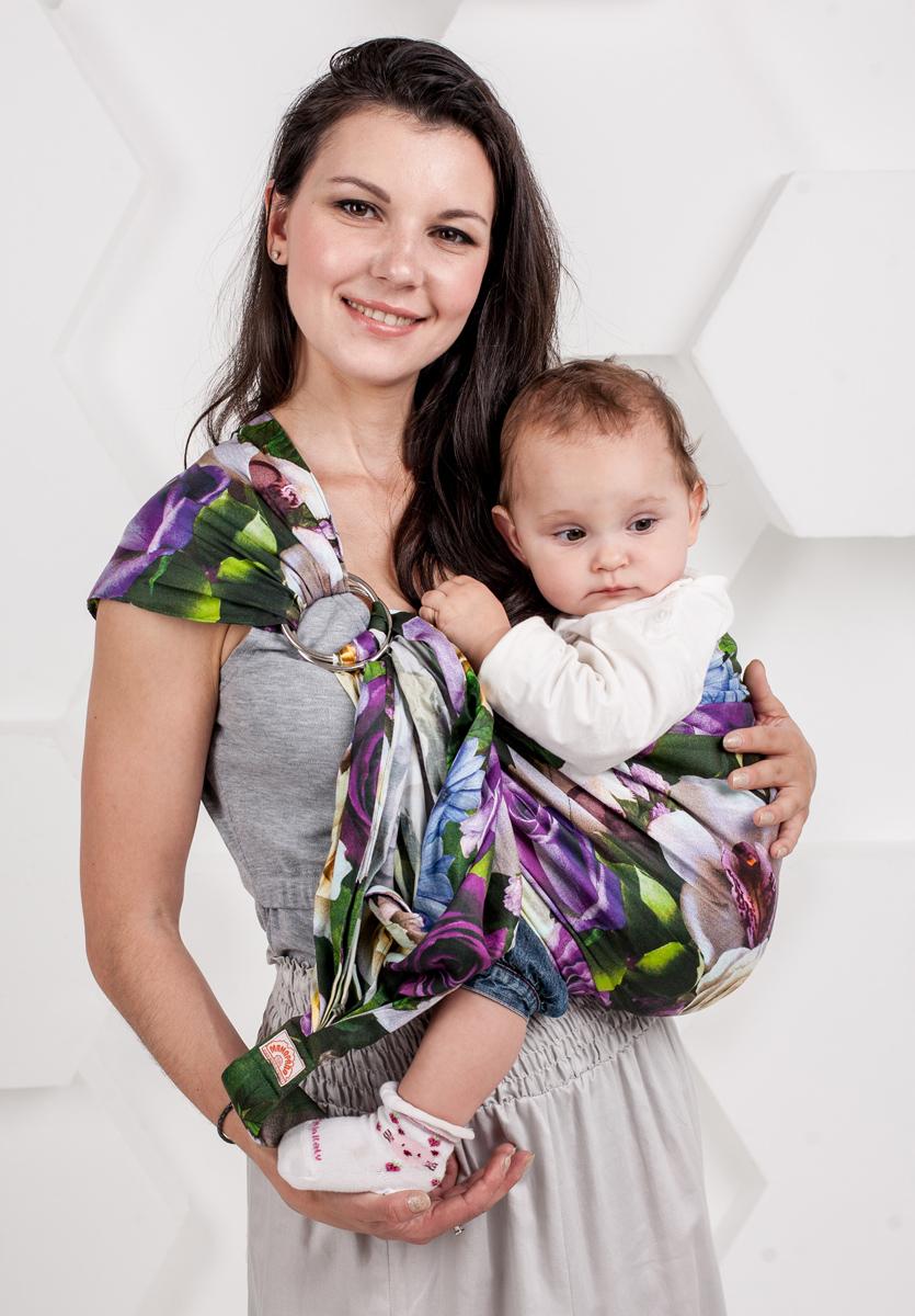 Мамарада Слинг с кольцами Селеста размер М7095Слинг с кольцами позволяет носить ребенка как горизонтально в положении Колыбелька так и в вертикальном положении. В слинге в положении Колыбелька малыш распологается точно так же, как у мамы на руках, что особенно актуально для новорожденного. Ткань слинга равномерно поддерживает спинку малыша по всей длине. Малышу комфортно и спокойно рядом с мамой. Мама в это время может заняться полезными делами или прогуляться. В положении Колыбелька очень удобно кормить ребенка грудью. В слинге в вертикальном положении ножки ребенка разводятся лягушкой. Это положение снимает нагрузку с копчика — ребенок поддерживается нижним бортиком слинга за подколенки, а верхним прижимается к маминой груди. Положение ребенка в слинге лягушкой – прекрасная профилактика дисплазии. Шикарный сатин немецкого качества. Слинг для дома и улицы. Состав - хлопок 100% (сатин), кольца металл 6 см. Размер М (46-48)