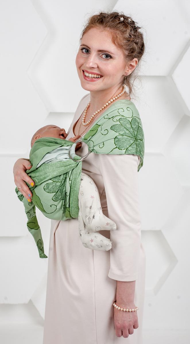 Мамарада Слинг с кольцами Луиза размер S7079Слинг с кольцами позволяет носить ребенка как горизонтально в положении Колыбелька так и в вертикальном положении. В слинге в положении Колыбелька малыш распологается точно так же, как у мамы на руках, что особенно актуально для новорожденного. Ткань слинга равномерно поддерживает спинку малыша по всей длине. Малышу комфортно и спокойно рядом с мамой. Мама в это время может заняться полезными делами или прогуляться. В положении Колыбелька очень удобно кормить ребенка грудью. В слинге в вертикальном положении ножки ребенка разводятся лягушкой. Это положение снимает нагрузку с копчика — ребенок поддерживается нижним бортиком слинга за подколенки, а верхним прижимается к маминой груди. Положение ребенка в слинге лягушкой – прекрасная профилактика дисплазии. Шикарный сатин немецкого качества. Слинг для дома и улицы. Состав - хлопок 100% (сатин), кольца металл 6 см. Размер S (42-44)