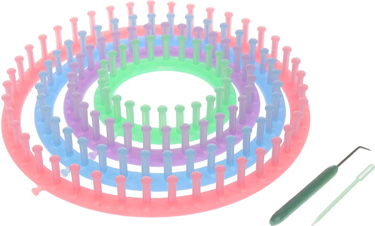 Устройство для вязания Hemline, круговое, 4 размераT1950Круговое устройство для вязания Hemline идеально подходит для вязания носков, головных уборов, элементов пэчворка, перчаток, пончо, шарфов, ковриков, ботиночек, подарков для новорожденных, сумок и многого другого. Устройство имеет легкий вес, крепкую конструкцию и текстурированную поверхность, что помогает удобно держать его в руках. В комплекте имеется 4 устройства разных размеров, крючок для захвата нитей и пластиковая игла для вязания. Для хранения предусмотрена удобная сумочка. Диаметр устройств: 13,5 см, 18,5 см, 23,5 см, 28 см. Длина крючка: 13 см. Длина иглы: 9,5 см.