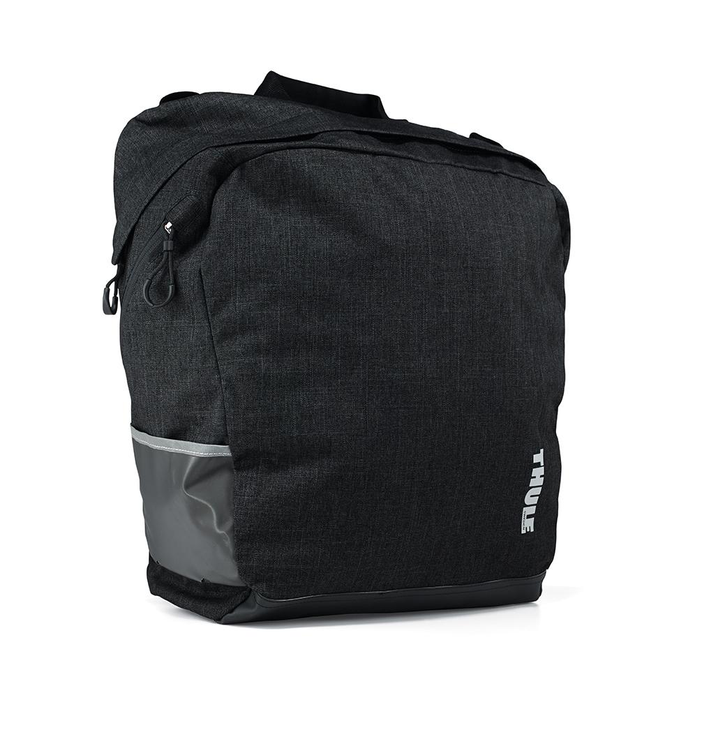 Сумка городская Thule Tote2, цвет: черный NEW100007Велосипедная сумка Tote2 — идеальный вариант для шопинга во время поездок по городу и пикника за городом. - Стильный дизайн - Водонепроницаемый материал - Объем сумки 23,5 литров - Легко крепится с помощью специальных зажимов к багажнику Thule Pack'n Pedal Tour - Для еще большего удобства размещения сумки на багажнике и быстрого крепления рекомендуем дополнительно использовать адаптер-раму для багажника Thule Pack'n Pedal Tour - Возможна установка сумки на переднем или заднем колесе велосипеда - Оснащена системой Blade/Helix/Magnetic для удобства крепления на багажник (с помощью зажимов в один клик и магнита для дополнительного прилегания сумки к раме багажника) - Удобные ручки и ремни для переноски после снятия с велосипеда - Боковые карманы - Светоотражающие элементы по бокам сумки - Наплечный ремень входит в комплект