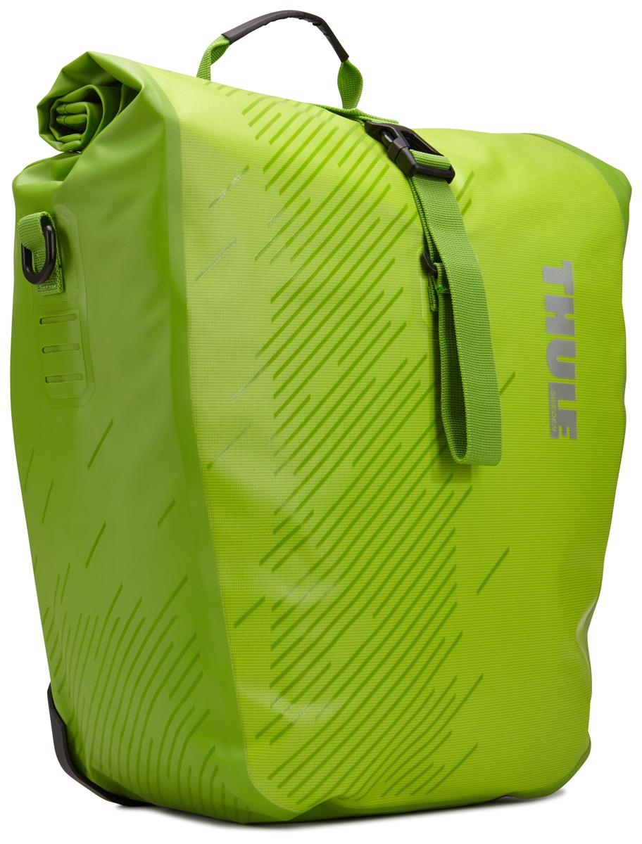 Набор велосипедных сумок Thule Pack?n Pedal Shield Pannier, цвет: салатовый, 2 шт. Размер L100063Эти многофункциональные водонепроницаемые сумки обеспечивают безопасность и защиту благодаря ярким светоотражающим элементам и сворачивающейся верхней части. Единая конструкция со сворачивающейся верхней частью гарантирует, что вещи внутри останутся сухими и чистыми. Система крепления на магнитах проста в использовании, надежна и имеет малый уровень вибрации. Яркие светоотражающие элементы на передней и боковой панелях улучшают заметность на дороге. Удобные точки крепления для фонарей обеспечивают дополнительную безопасность. Внутренние карманы для хранения мелких вещей. Встроенные ручки и отстегиваемый ремень для ношения через плечо обеспечивают несколько вариантов переноски. Лучше всего подходит для багажников Thule, но может использоваться практически с любым велосипедным багажником. Продаются парами.