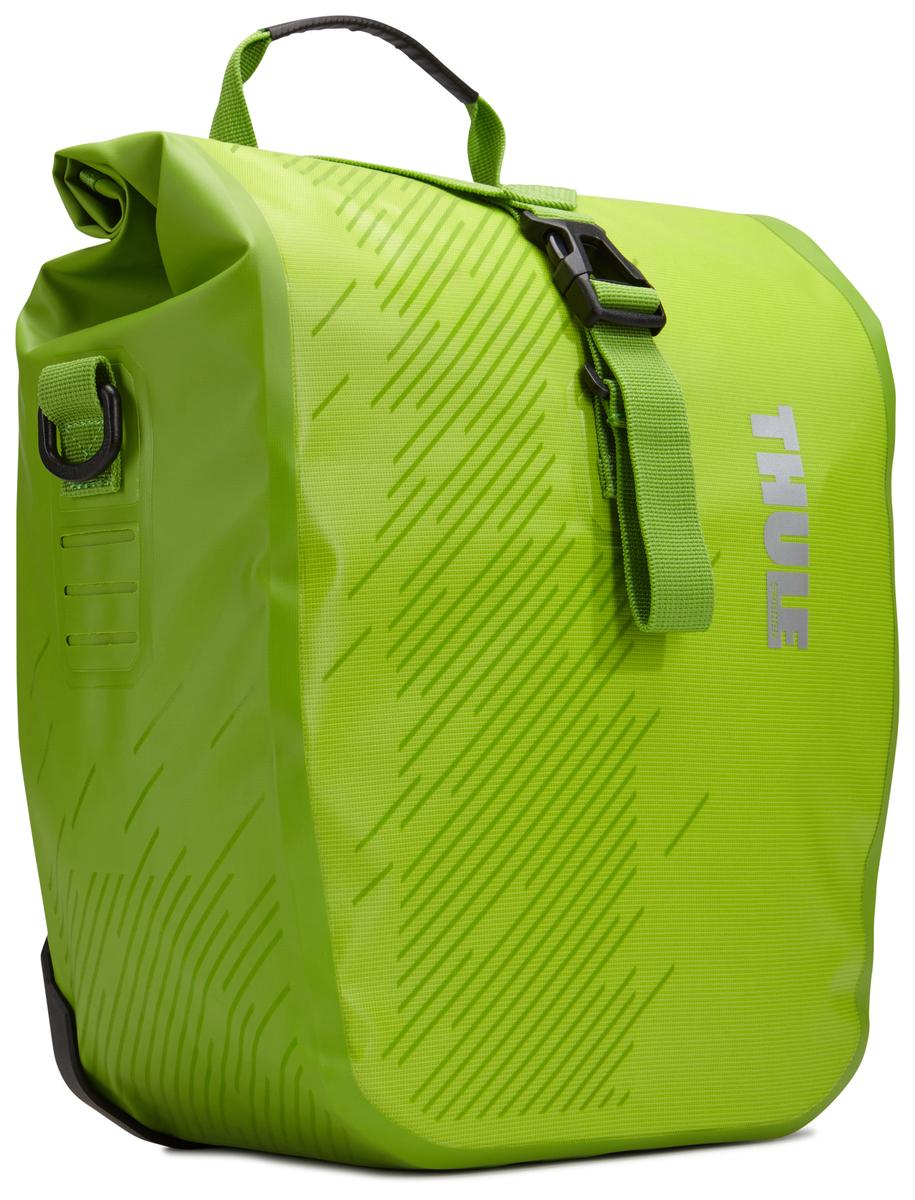 Набор велосипедных сумок Thule Pack?n Pedal Shield Pannier, цвет: салатовый, 2 шт. Размер S100067Эти многофункциональные водонепроницаемые сумки обеспечивают безопасность и защиту благодаря ярким светоотражающим элементам и сворачивающейся верхней части. Единая конструкция со сворачивающейся верхней частью гарантирует, что вещи внутри останутся сухими и чистыми. Система крепления на магнитах проста в использовании, надежна и имеет малый уровень вибрации. Яркие светоотражающие элементы на передней и боковой панелях улучшают заметность на дороге. Удобные точки крепления для фонарей обеспечивают дополнительную безопасность. Внутренние карманы для хранения мелких вещей. Встроенные ручки и отстегиваемый ремень для ношения через плечо обеспечивают несколько вариантов переноски. Лучше всего подходит для багажников Thule, но может использоваться практически с любым велосипедным багажником. Продаются парами.