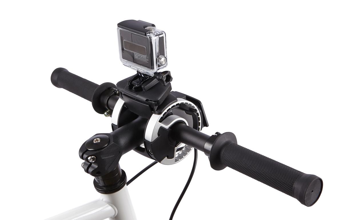 Крепление на руль Thule Action Cam Mount для экш-камеры и GO PRO100081Крепление для руля для экшн-камеры Thule: Надежное крепление прочно фиксирует камеру на руле Камера устанавливается/снимается за считанные секунды одним щелчком Возможно множество положений фиксации камеры, которые не создают помех для велосипедиста, позволяя записывать все происходящее Лучше всего подходит для камер GoPro®, но сочетается практически с любыми экшн-камерами с помощью прилагаемой переходной площадки с липучкой Внимание! Устанавливается на руль велосипеда при помощи держателя Thule Handlebar (приобретается отдельно)
