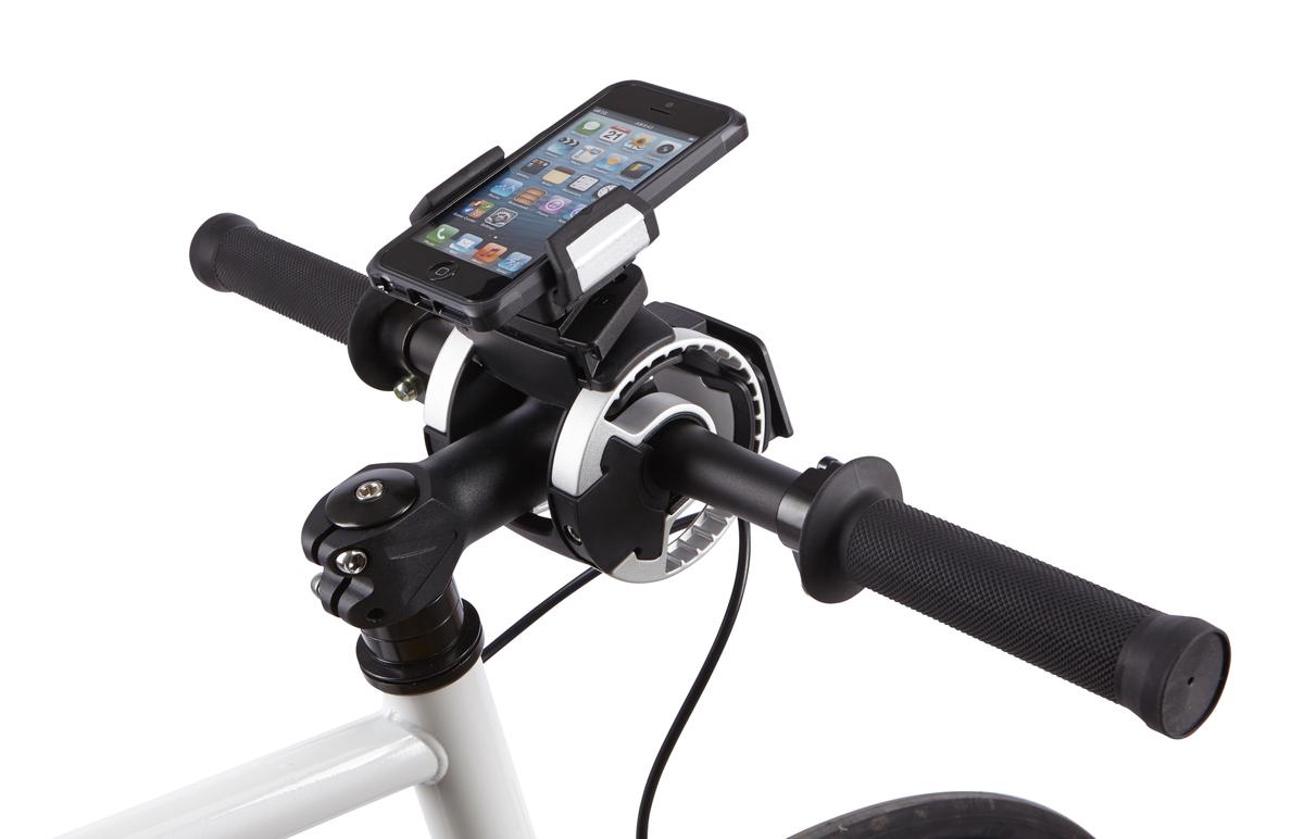 Крепление на руль Thule Smartphone attachment для смартфона, GPS100082Крепление для смартфона на руль велосипеда Thule: Боковые фиксаторы удерживают устройство на месте, обеспечивая доступ к портам и всем элементам управления Крепление вращается на 360° для книжной или альбомной ориентации Покрытая резиной платформа защищает от соскальзывания Совместимо с любым смартфоном (как в чехле, так и без чехла) шириной до 90 мм/3,5 дюйма Внимание! Устанавливается на руль велосипеда при помощи держателя Thule Handlebar (приобретается отдельно)