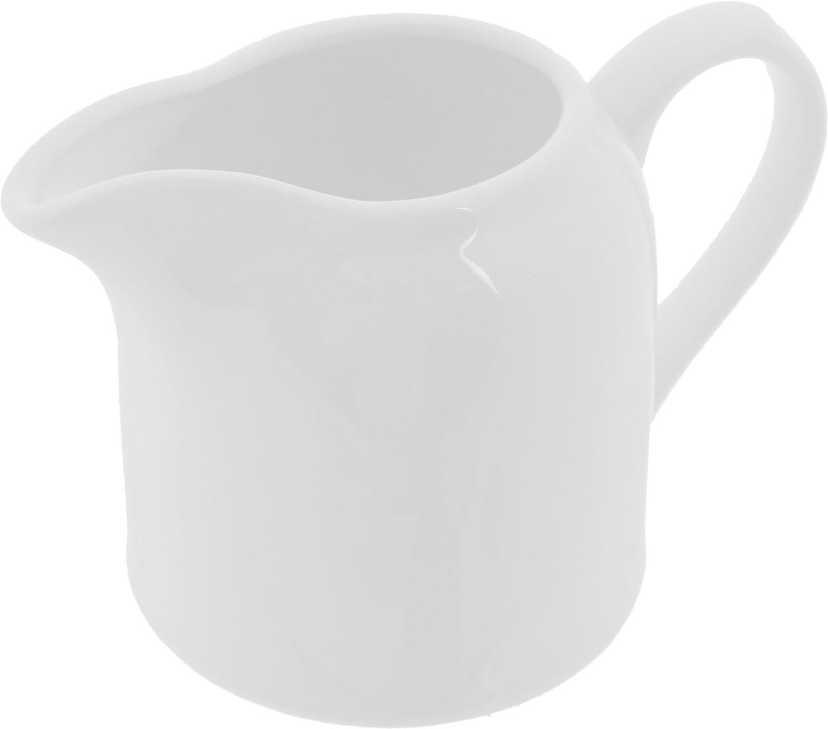 Молочник Wilmax, 250 млWL-995018 / 1CЭлегантный молочник Wilmax выполнен из высококачественного фарфора с глазурованным покрытием. Молочник имеет широкое основание, удобную ручку и носик. Предназначен для сливок и молока. Такое изделие украсит ваш праздничный или обеденный стол, а нежное исполнение понравится любой хозяйке. Можно мыть в посудомоечной машине и использовать в микроволновой печи. Диаметр молочника по верхнему краю: 4,5 см. Диаметр основания: 7,5 см. Высота салатника: 8 см.