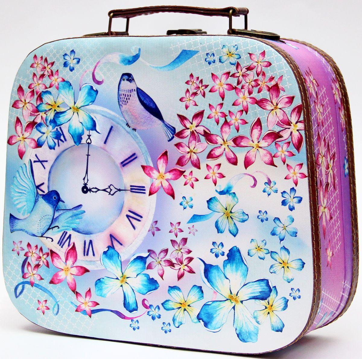 Шкатулка декоративная Magic Home Часы и птичка, цвет: розовый, 28,5 х 25 х 10,5 см42733Декоративная шкатулка Magic Home Часы и птичка, выполненная из МДФ, оформлена ярким цветным изображением. Изделие закрывается на металлический замок и оснащено оригинальной ручкой под старину для переноски. Такая шкатулка может использоваться для хранения бижутерии, предметов рукоделия, в качестве украшения интерьера, а также послужит хорошим подарком для человека, ценящего практичные и оригинальные вещицы.