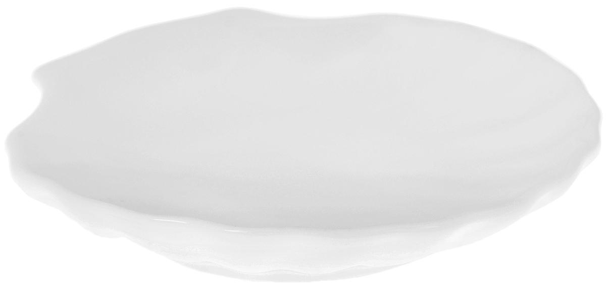 Кокильница Wilmax, 14,5 х 14 смWL-992011 / AОригинальная кокильница Wilmax, изготовленная из фарфора с глазурованным покрытием, прекрасно подойдет для запекания или подачи блюд из рыбы и морепродуктов. Изделие сочетает в себе классический дизайн с максимальной функциональностью. Кокильница прекрасно впишется в интерьер вашей кухни и станет достойным дополнением к кухонному инвентарю. Можно использовать в посудомоечной машине и микроволновой печи. Форма пригодна для использования в духовых печах и выдерживает температуру до 300°С. Размеры изделия: 14,5 х 14 х 2,5 см.