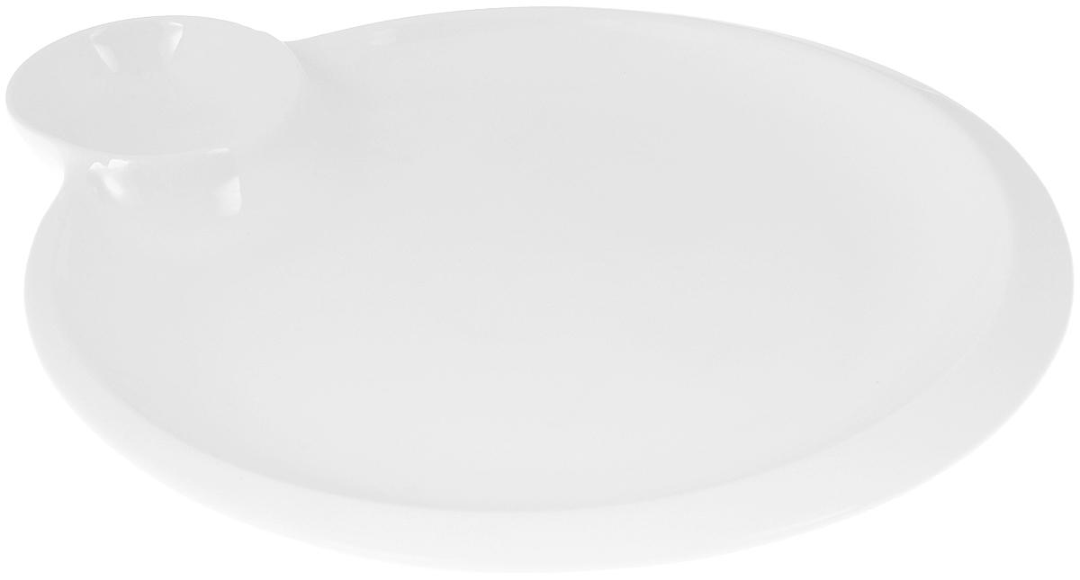 Блюдо Wilmax, 20 х 23 смWL-992579 / AОригинальное блюдо Wilmax, выполненное из высококачественного фарфора, имеет овальную форму и оснащено соусником. Изделие идеально подойдет для сервировки праздничного или обеденного стола, а также станет отличным подарком к любому празднику. Можно мыть в посудомоечной машине и использовать в микроволновой печи. Размер блюда (по верхнему краю): 18,5 х 18,5 см. Высота стенки блюда: 1,5 см. Размер соусника (по верхнему краю): 6 х 6 см. Высота стенки соусника: 2,5 см. Ширина блюда (с учетом соусника): 20 х 23 см.