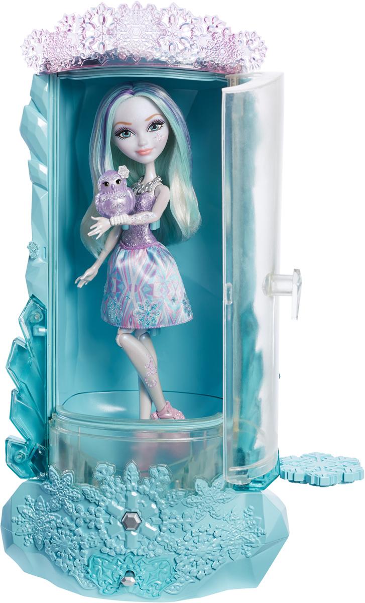 Ever After High Игровой набор с куклой Блестящий вихрьDLB39Игровой набор с куклой Ever After High Блестящий вихрь - это настоящая зимняя сказка для маленькой мечтательницы! Кристал Винтер - дочь Снежной королевы. Кукла одета в светло-сиреневый пластиковый топ с узорами и короткую юбку в голубых тонах. На ее стройных ногах обуты открытые розовые босоножки на высокой платформе. Длинные волосы с голубыми и фиолетовыми прядями можно расчесывать и придумывать из них различные прически. В набор входят блеск, смываемый клей-карандаш, наклейки, сумочка, кольцо для девочки, лесная сова и волшебная кабина Кристал. По желанию дочери Снежной королевы может пойти снег, а предметы рядом с ней могут заледенеть. В этой волшебной кабине можно воссоздавать сценки из мультфильма, а зимний блеск добавит веселья. Необходимо купить 4 батарейки напряжением 1,5V типа АА (не входят в комплект).