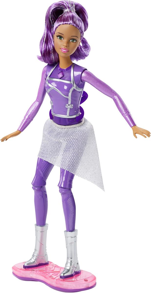 Barbie Кукла озвученная с ховербордомDLT23Подруга Barbie в фильме Barbie и космическое приключение оживляет историю яркими красками. Пристегните сапожки куклы к ховерборду - и вы готовы! Перемещая куклу на ховерборде, можно наблюдать световые и звуковые эффекты. Прикрепите вращающееся кольцо к спине куклы, и с его помощью кукла сможет делать полное сальто. А сгибающиеся колени способствуют ловкому маневрированию. Порадуйте свою дочурку таким замечательным подарком! Рекомендуется докупить 3 батарейки напряжением 1,5V LR44 (товар комплектуется демонстрационными).