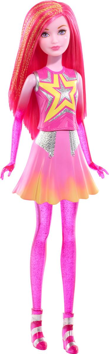 Barbie Кукла Космическое приключение цвет волос розовыйDLT27_DLT28Великолепные космические сестры отправляются на поиски веселья за пределы Вселенной! Две активные девушки могут превратиться в персонажей бесконечных и увлекательных историй, ведь они могут контролировать гравитацию и антигравитацию, а также разговаривать друг с другом телепатически (каждый комплект продается по отдельности, при условии наличия). Эти галактические сестры - настоящие звезды приключений. Особенная девушка и выглядеть должна соответственно: у нее ярко-розовые полупрозрачные руки и ноги, что выглядит очень необычно и оригинально. Длинные густые волосы куклы можно расчесывать и укладывать в различные прически. Такая необычная кукла станет отличным подарком для девочки к любому празднику! Соберите всех кукол и все аксессуары из фильма Barbie и космическое приключение и откройте для себя целую вселенную увлекательных историй!