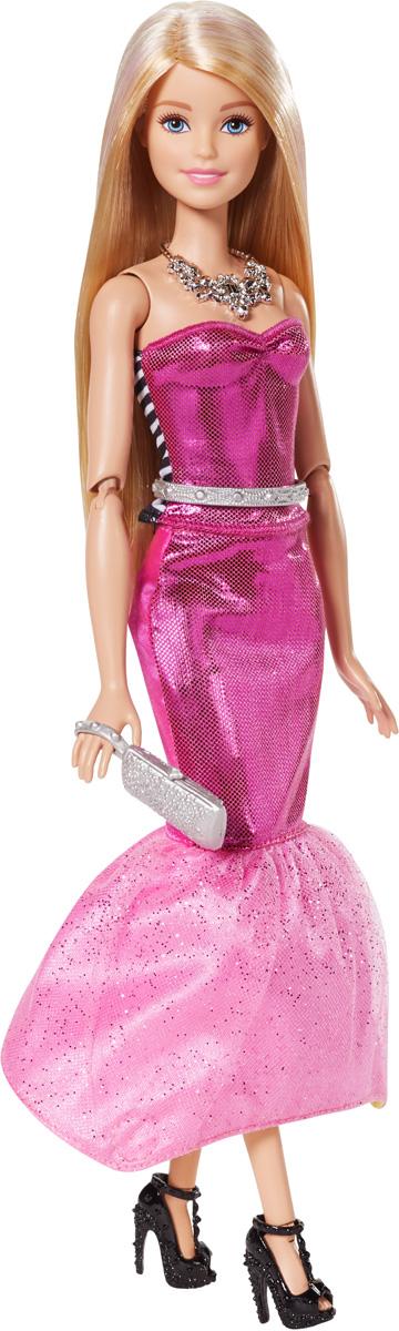 Barbie Кукла Модная трансформацияDMB30Дневной облик куклы прост и изящен - модный топ в черно-белую полоску и желтая юбка. Белые кеды, очки-сердечки и сумочка дополняют образ. Но когда придет время изменить стиль, выверните топ и расправьте юбку: теперь она - звезда гламура в розовом цвете! Добавьте эффекта - окуните аксессуар для покраски в холодную воду и расчешите волосы Barbie. Теплая вода снова сделает ее блондинкой. Меняйте цвет волос Barbie снова и снова! Кукла Barbie Модная трансформация обязательно привлечет внимание вашей дочурки и станет ее любимой игрушкой.
