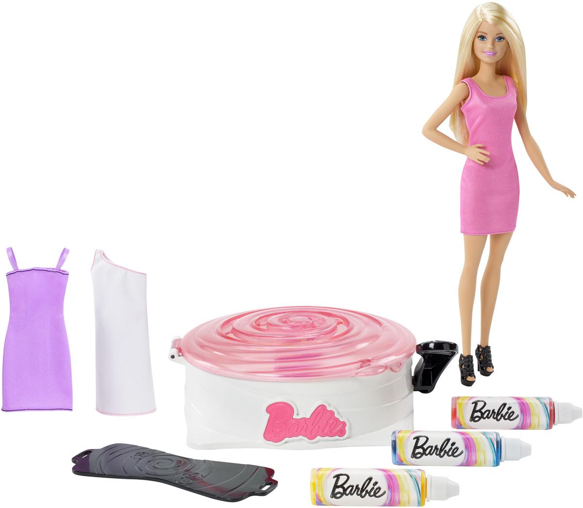 Barbie Игровой набор с куклой Студия цветных нарядовDMC10Создайте свой дизайн и откройте новый стиль с игровым набором Barbie Студия цветных нарядов. Возьмите одно из трех платьев набора и наденьте на манекен. Закрепите манекен в машинке для покраски и закройте розовую крышку. Выберите любую из красок набора (розовую, желтую или синюю) и встряхните пузырек. Нажмите рычаг на машинке, чтобы платье вращалось, и добавляйте краску через отверстия на крышке. Не отпускайте рычаг - и краска растечется, образуя красивые и забавные узоры. Если решите, что хватит краски, откройте крышку - и вот оно, новое особенное платье! Нарядите куклу Barbie (входит в комплект) в дизайнерское платье и универсальные черные босоножки. Платья можно стирать. Цветная краска предназначена для использования только на нарядах, входящих в комплект, но не предназначена для использования на других нарядах, кукле или ребенке.