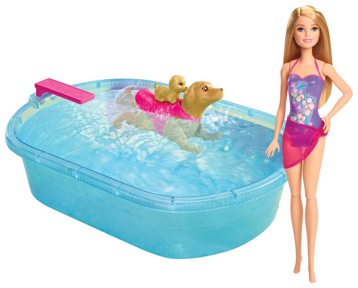 Barbie Игровой набор с куклой Бассейн для щенковDMC32Игровой набор с куклой Barbie Бассейн для щенков понравится каждой поклоннице белокурой куколки Барби и новых мультиков с ней в главной роли! Игровой набор включает в себя популярную куколку в мире - Барби, которая решила искупаться в бассейне вместе со своими щеночками. Для этой замечательной процедуры у куклы имеется голубой бассейн, который всего лишь нужно заполнить водой. Барби полностью готова к купанию: она примерила на себя шикарный фиолетовый купальник, украшенный цветочными узорами, а также малиновую накидку. Собачка, которая входит в набор, умеет самостоятельно плавать. Для этого ее необходимо просто завести и смотреть за тем, как она будет наслаждаться водными процедурами вместе со своим малышом на спине. Порадуйте свою дочурку таким замечательным набором!