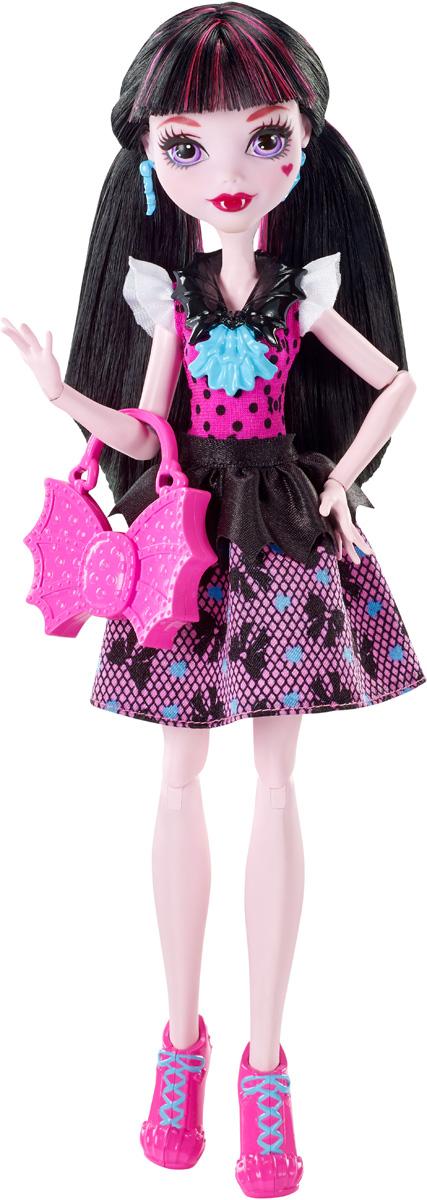 Monster High Кукла Дракулаура цвет платья темно-розовый черныйDNW97_DNW98Давно полюбившиеся нам ученицы Школы монстров не боятся быть чудовищами! Они модно приоделись и готовы к занятиям в своей жуткой школе и к леденящим кровь приключениям. Одна из них - Дракулаура. Её модный наряд прекрасно подходит как для учебы в культовой школе Monster High, так и для приключений за ее пределами. Кукла Monster High Дракулаура одета в черно-розовое пышное платье. На ногах - розовые туфли на высоких каблуках. Завершают стильный образ зловещей модницы голубые серьги, оригинальное колье и розовая сумочка в виде крыльев летучей мыши. Шикарные длинные волосы куклы можно расчесывать. Вашей малышке понравится воссоздавать сцены или разыгрывать с куклой сюжеты собственных историй. Руки, ноги и колени у куклы шарнирные, это позволяет придать разнообразные позы. Порадуйте поклонницу Монстер Хай удивительной новинкой в мире Школы Монстров, подарив ей эту замечательную куколку.