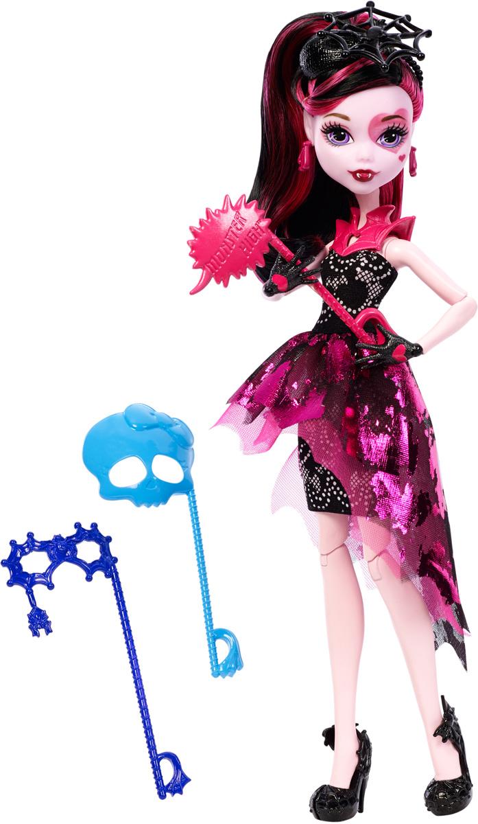 Monster High Кукла Дракулаура Буникальные танцыDNX32_DNX33Ночь - любимое время монстров, и эти ученики школы монстров готовы оторваться на танцевальной вечеринке. Веселье начинается с убийственного наряда! Дракулаура - дочь вампира Дракулы. Девочка с нежно-розовой кожей и макияжем в виде сердца одета в свой фирменный розово-черный наряд с вампирскими деталями. На ногах - изящные туфли на высоких каблуках. Завершают яркий образ зловещей модницы розовые серьги, черное украшение на голову в виде паутинки и розовый воротник из пластика. В комплекте с куколкой имеются три маски для фотосессии. Шикарные длинные волосы куклы можно расчесывать и создавать разные прически. Вашей малышке понравится воссоздавать сцены или разыгрывать с куклой сюжеты собственных историй. Руки, ноги и колени у куклы шарнирные, это позволяет придать разнообразные позы. Порадуйте поклонницу Монстер Хай удивительной новинкой в мире Школы Монстров, подарив ей эту замечательную куколку.