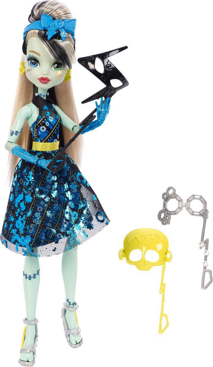 Monster High Кукла Френки Штейн Буникальные танцыDNX32_DNX34Ночь - любимое время монстров, и эти ученики школы монстров готовы оторваться на танцевальной вечеринке. Веселье начинается с убийственного наряда! Френки Штейн - дочь доктора Франкенштейна и его жены. Девочка с кожей цвета светлой мяты и черно-белыми волосами одета в блестящий фирменный клетчатый наряд. На ногах - изящные босоножки на высоких каблуках. Завершают яркий образ зловещей модницы желтые серьги и голубой ободок для волос. В комплекте с куколкой имеются три маски для фотосессии. Шикарные длинные волосы куклы можно расчесывать и создавать разные прически. Вашей малышке понравится воссоздавать сцены или разыгрывать с куклой сюжеты собственных историй. Руки, ноги и колени у куклы шарнирные, это позволяет придать разнообразные позы. Порадуйте поклонницу Монстер Хай удивительной новинкой в мире Школы Монстров, подарив ей эту замечательную куколку.