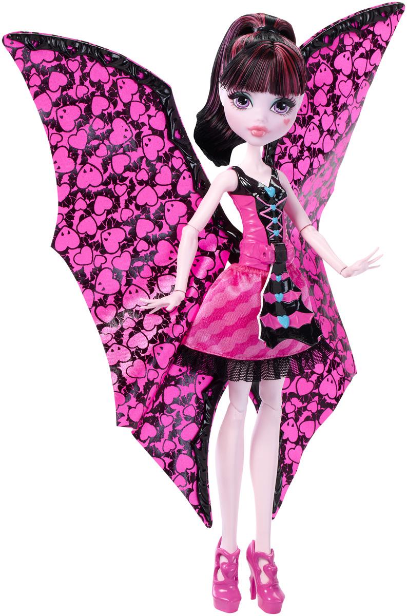 Monster High Кукла Дракулаура в трансформирующемся нарядеDNX65Дракулаура - дочь вампира Дракулы. Девочка с нежно-розовой кожей одета в свой фирменный розово-черный наряд. На ногах - изящные розовые туфли на высоких каблуках. Кукла Дракулаура теперь может мгновенно превращаться в летучую мышь и обратно! Просто поверните рычажок на лифе Дракулауры, и ее блестящая верхняя розовая юбка станет крыльями размером с куклу. Потяните крылья вниз, чтобы вернуть кукле ее обычный облик. Крылья снаружи блестящие и розовые, а изнутри украшены принтом из летучих мышей и сердец. В своем обычном виде Дракулаура одета в розовый лиф с белыми оборками, розовую юбку с сердцами и складчатую верхнюю юбку. Когда она принимает облик летучей мыши, ее лиф превращается в кружевной корсет. Шикарные длинные волосы куклы можно расчесывать и создавать разные прически. Вашей малышке понравится воссоздавать сцены или разыгрывать с куклой сюжеты собственных историй. Руки, ноги и колени у куклы шарнирные, это позволяет придать разнообразные позы. ...
