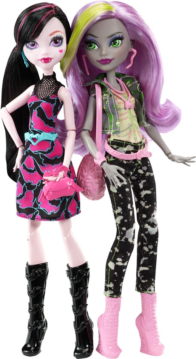 Monster High Набор кукол Дракулаура и МоникаDNY33Ученицы Monster High празднуют начало учебного года культовой средней школы. Неужели вместе? В этом наборе две куклы чудовищных соперниц: Дракулаура и Moника. Кукла Дракулаура, дочь Дракулы, прекрасна: на ее платье розово-черный принт в виде летучей мыши, а красная сумочка украшена клыкастой улыбкой. На ногах у куколки - высокие черные сапожки. Дополняют неповторимый образ аксессуары голубого цвета: серьги, браслет и пояс. Кукла Moника, дочь Зомби, выглядит просто сногсшибательно в своей модной курточке зеленого цвета, в джинсах и топе с принтом из костей. На ногах у куколки - розовые стильные ботиночки. На монике аксессуары розового цвета: серьги, колье, браслет, пояс и сумочка. Шикарные длинные волосы кукол можно расчесывать и создавать разные прически. Вашей малышке понравится воссоздавать сцены или разыгрывать с куклами сюжеты собственных историй. Руки, ноги и колени у кукол шарнирные, это позволяет придать разнообразные позы. Порадуйте...